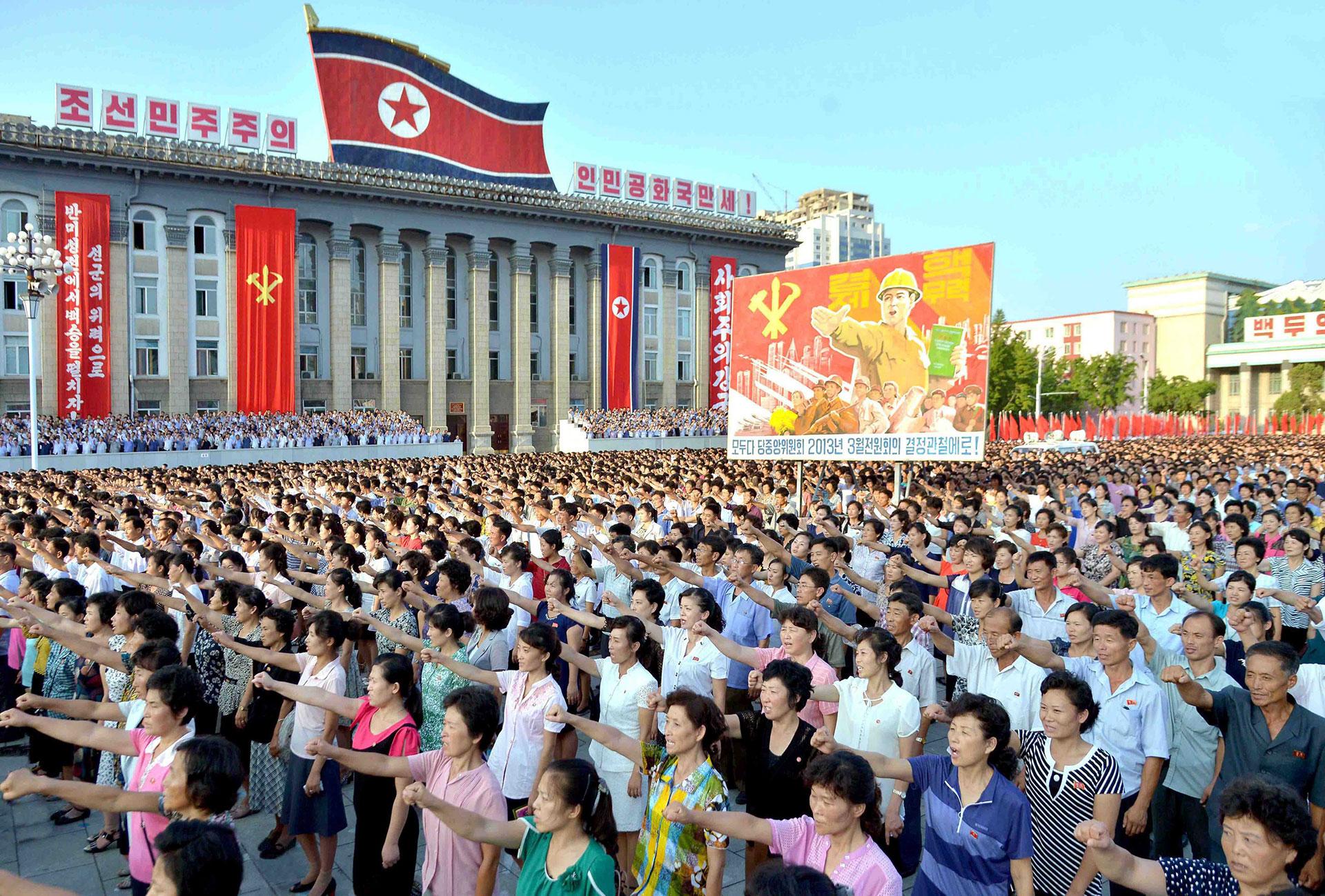La gente levanta su puño en apoyo del líder Kim Jongg-un (Reuters)
