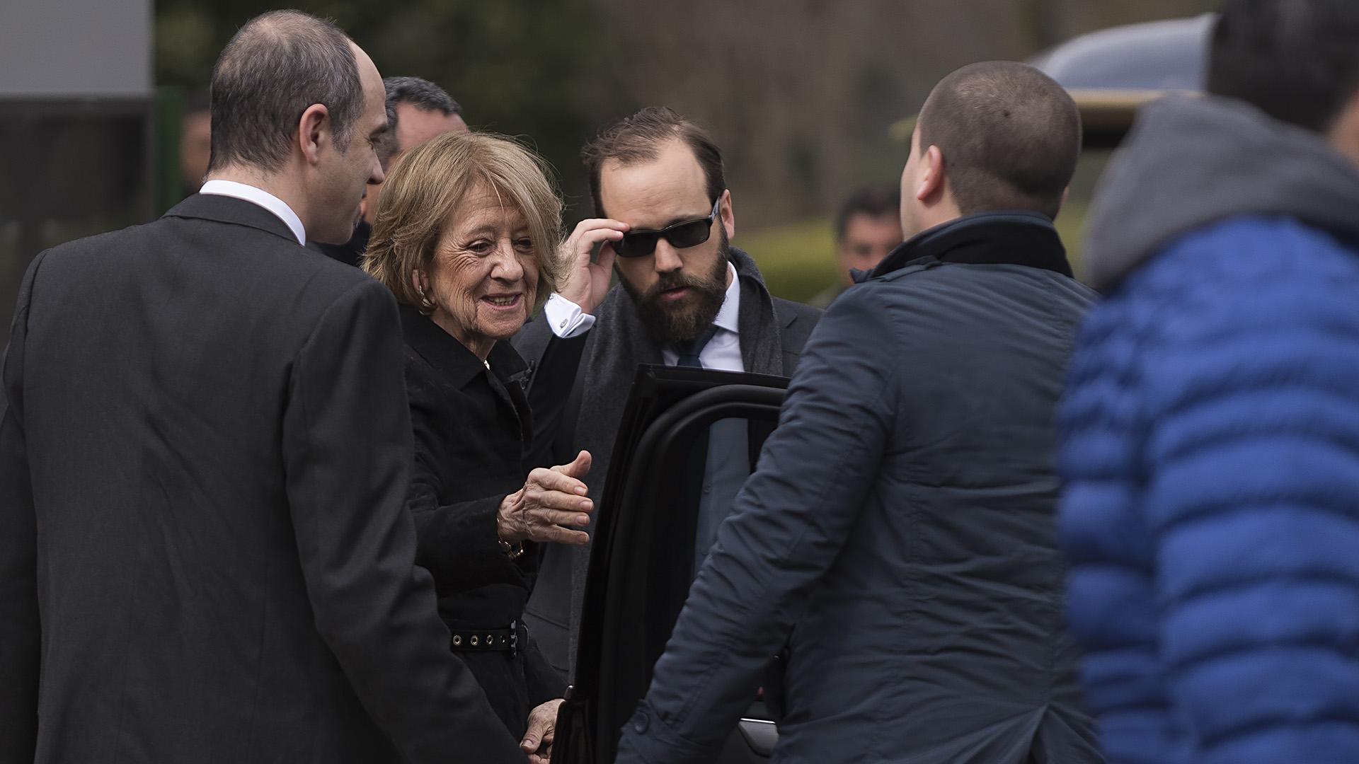 Triste, la viuda María del Carmen Cerruti Carricart recibió el apoyo de sus cinco hijos y en especial de la reina Máxima y sus hermanos Martín y Juan. (Adrián Escándar)