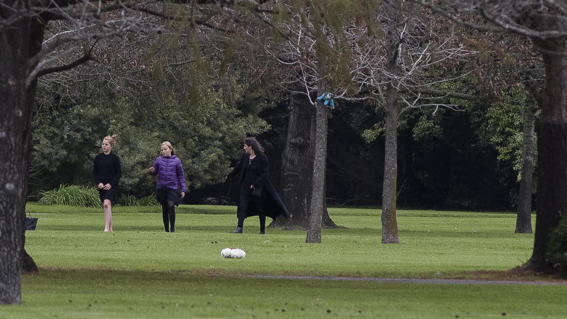 Dolor de princesas. Alejandra, la hija del medio de Máxima y Guillermo y la menor Ariadna recorrieron los jardines del parque Memorial.