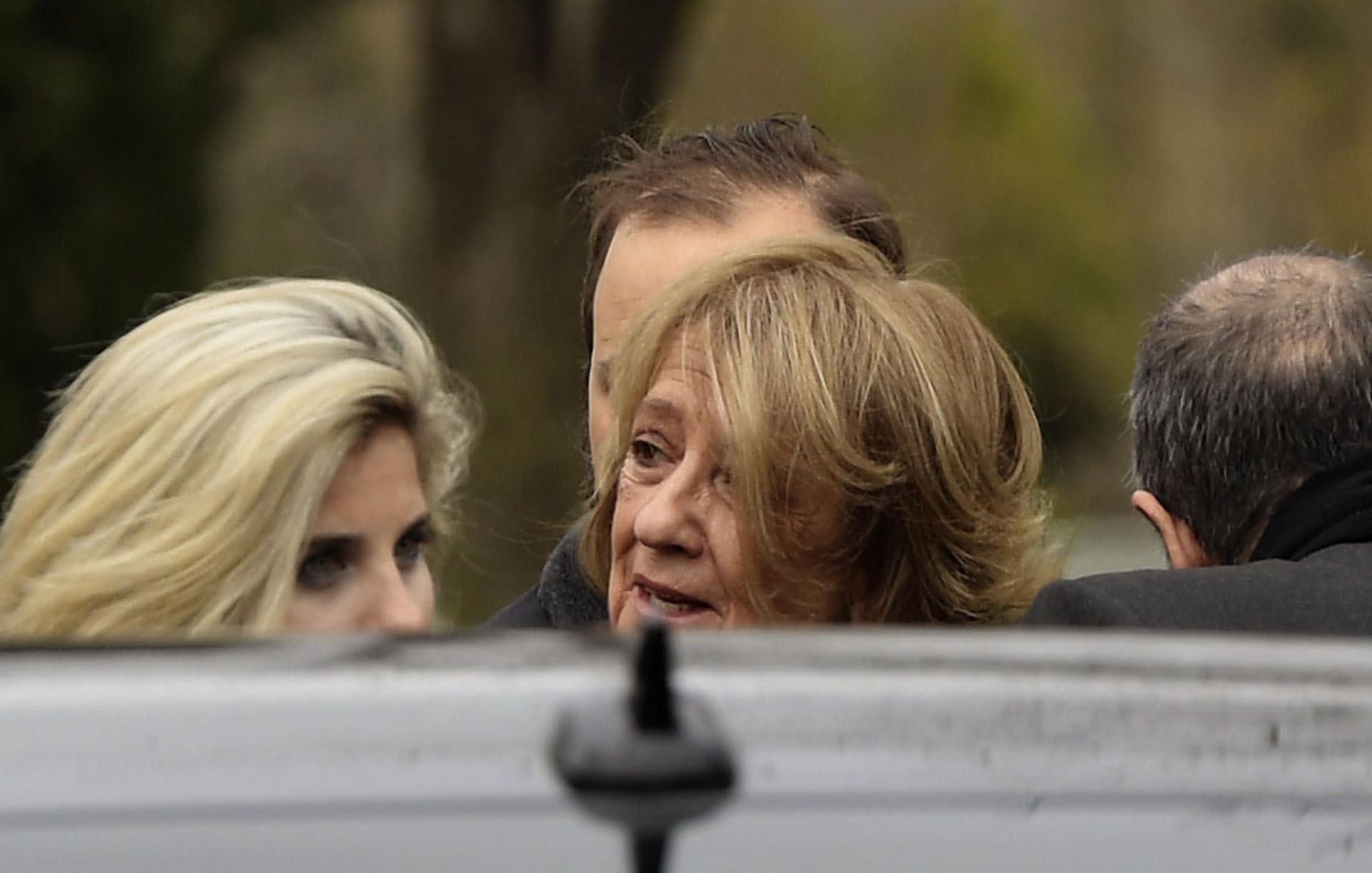 Dolor. María del Carmen Cerruti Carricart enfrentó con entereza el cortejo para despedir los restos de su marido y compañero de la vida, Jorge Zorreguieta, quien falleció a los 89 años, siendo 15 años mayor que ella. (AFP / JUAN MABROMATA)