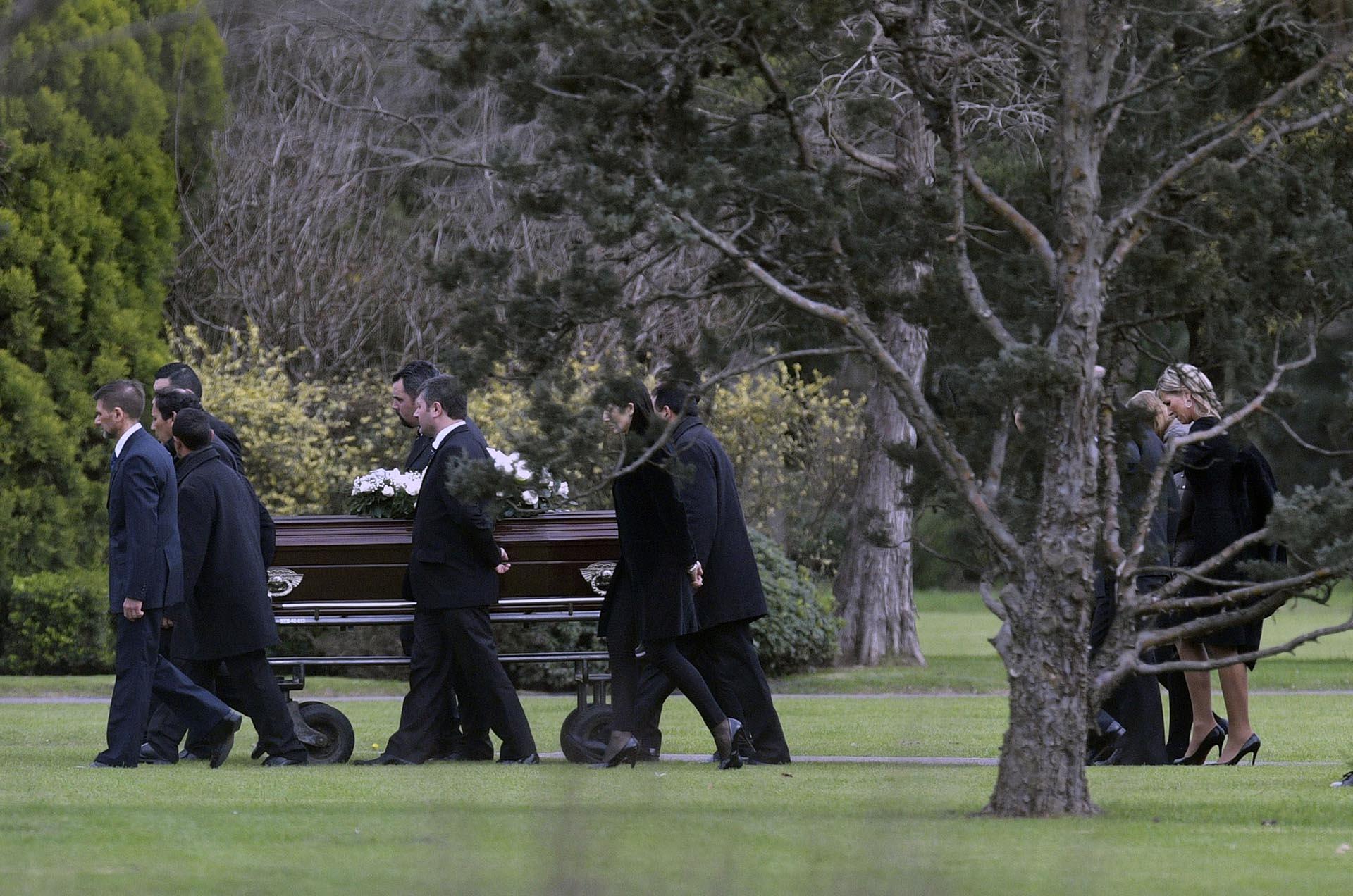 Máxima, impecable de negro y anteojos oscuros, se quebró cuando acompañó el cortejo de su padre por los jardines de Memorial en un día frío y destemplado (AFP MABROMATA)