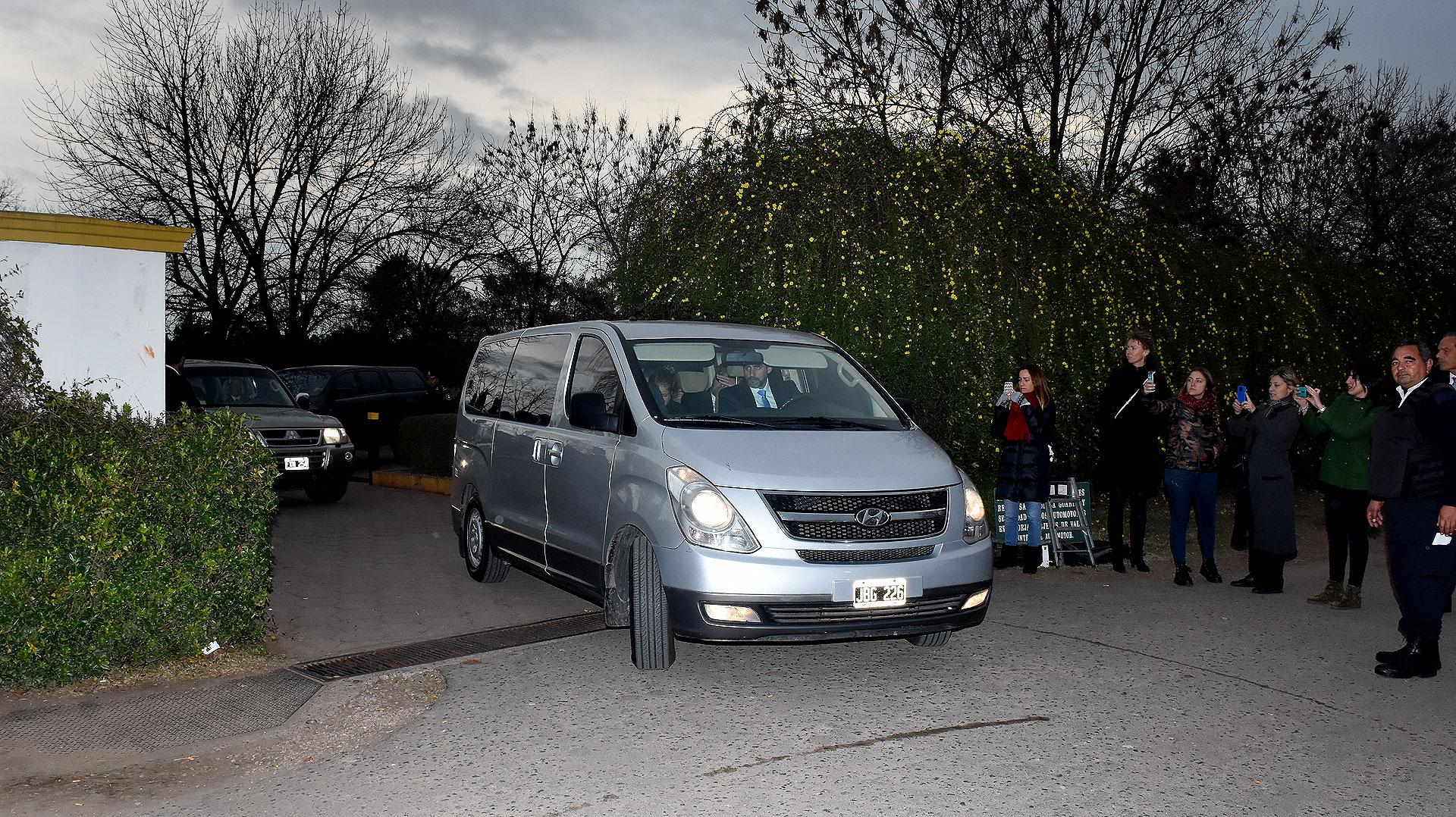 La reina de Holanda se retiró del cementerio en una camioneta blindada y acompañada por sus hijas.