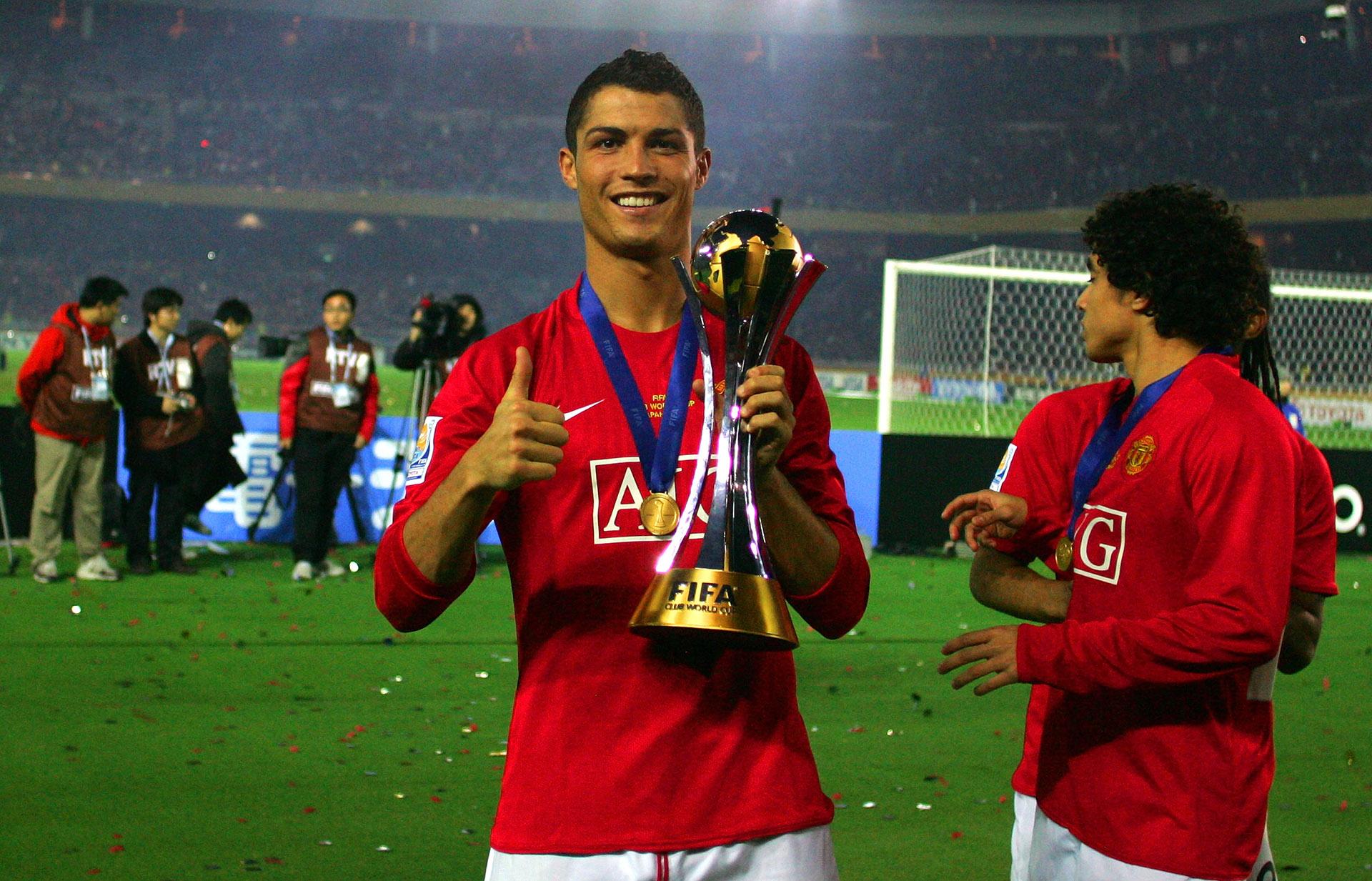 Cristiano Ronaldo posa con el trofeo del Mundial de Clubes ganado con el Manchester  United en 4e26a45b9a319