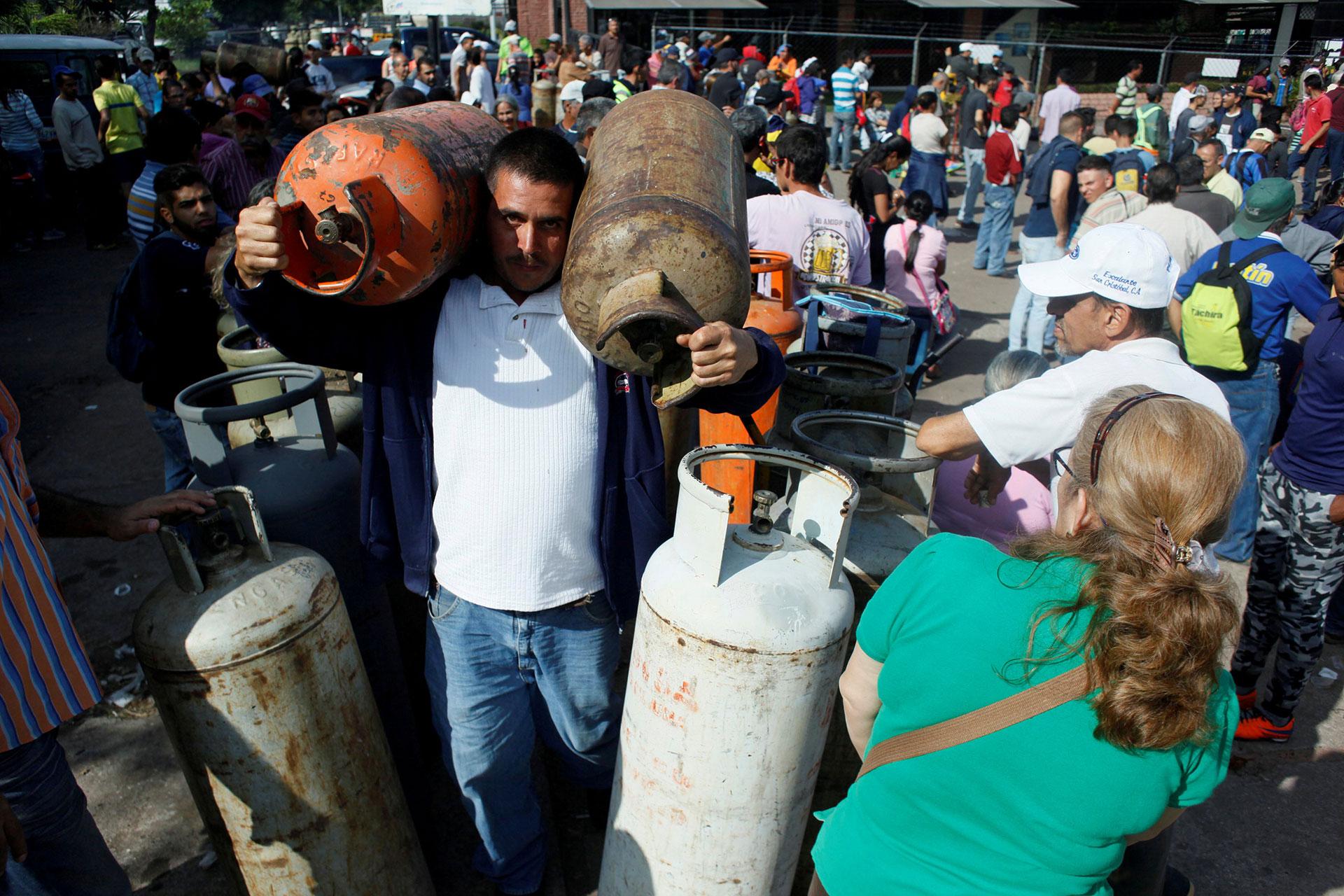 La escasez no sólo es atribuida a la exigua producción sino a la falta de cilindros (Reuters)