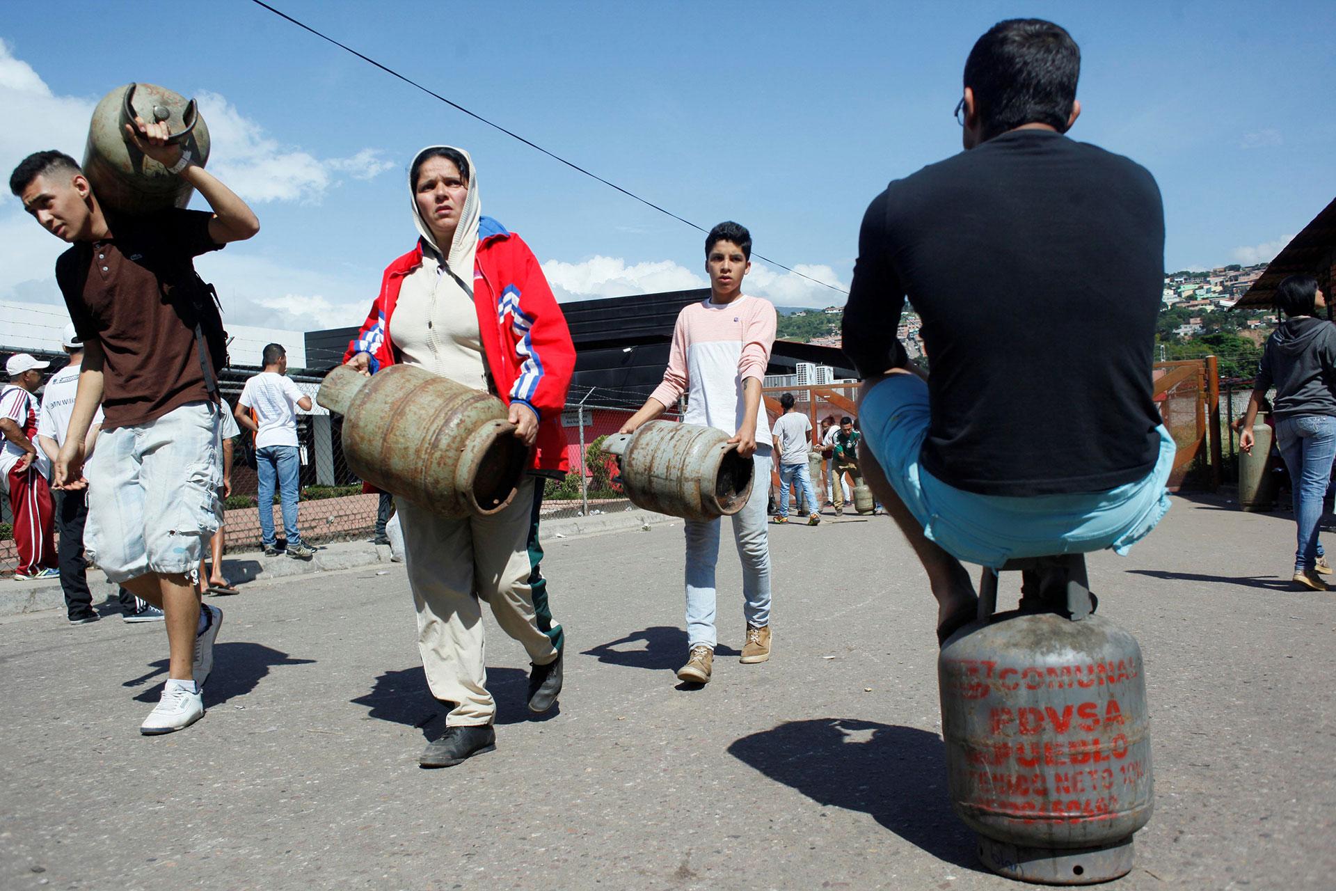 Nueve de cada 10 hogares venezolanos consume gas doméstico en cilindros y solo el 10 por ciento lo recibe directamente por tuberías, de acuerdo con cifras oficiales (Reuters)