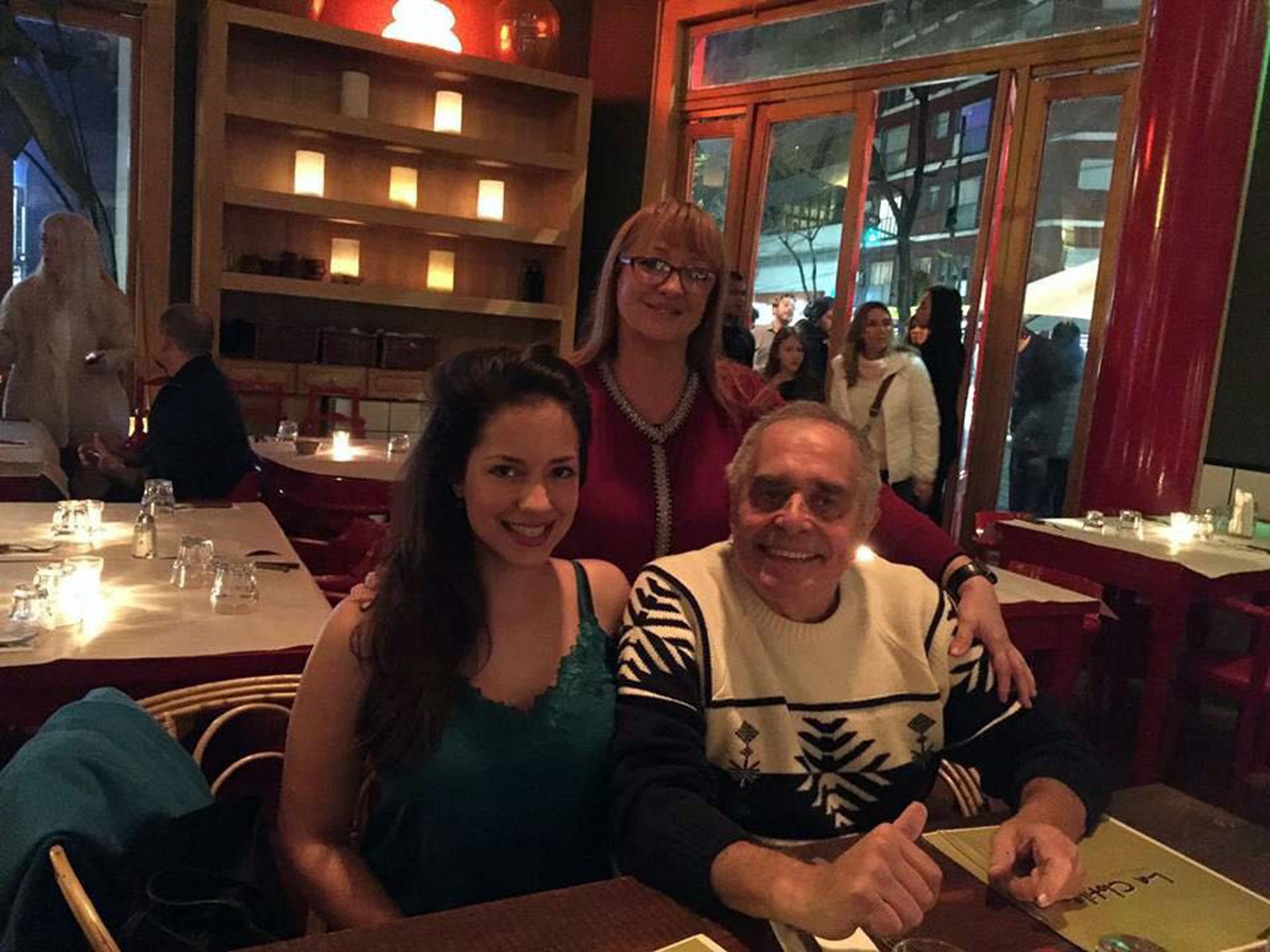 Camila Velasco celebró su cumpleaños con sus padres en un restaurante. Ahora trabaja como ingeniera, pero hace unos años trabajaba en los medios y llegó a ser tapa de Playboy