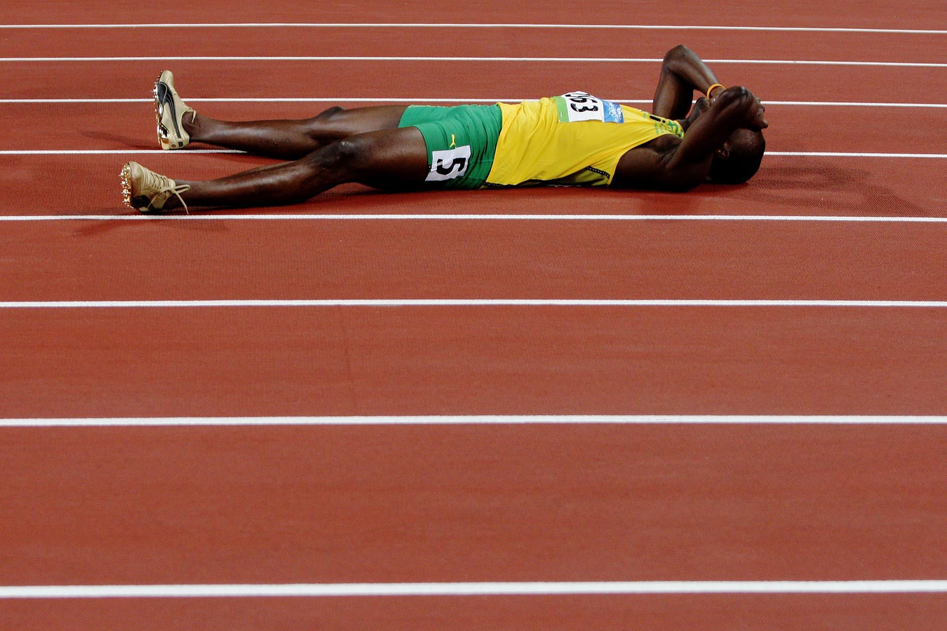 Bolt, emocionado en la pista tras quebrar el récord de los 200 metros con un tiempo de 19,30 segundos y ganar su segunda medalla dorada en los Juegos Olímpicos 2008 (Getty Images)