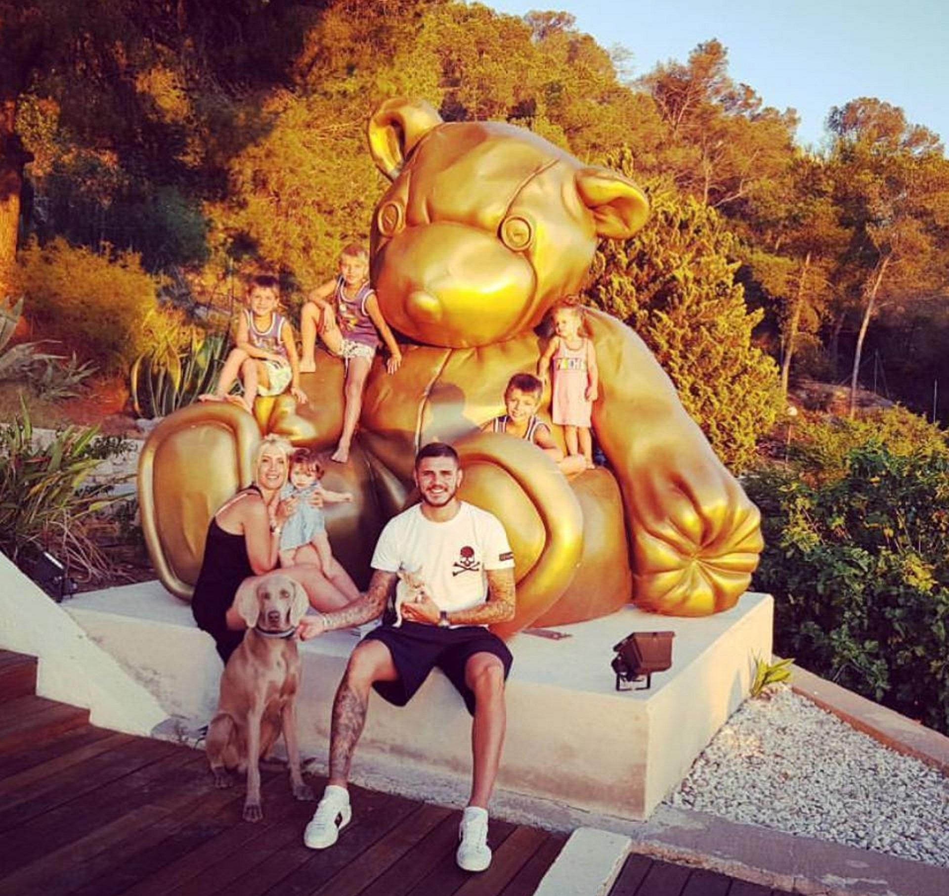 La travesía del goleador del Inter y su esposa siguió en Ibiza