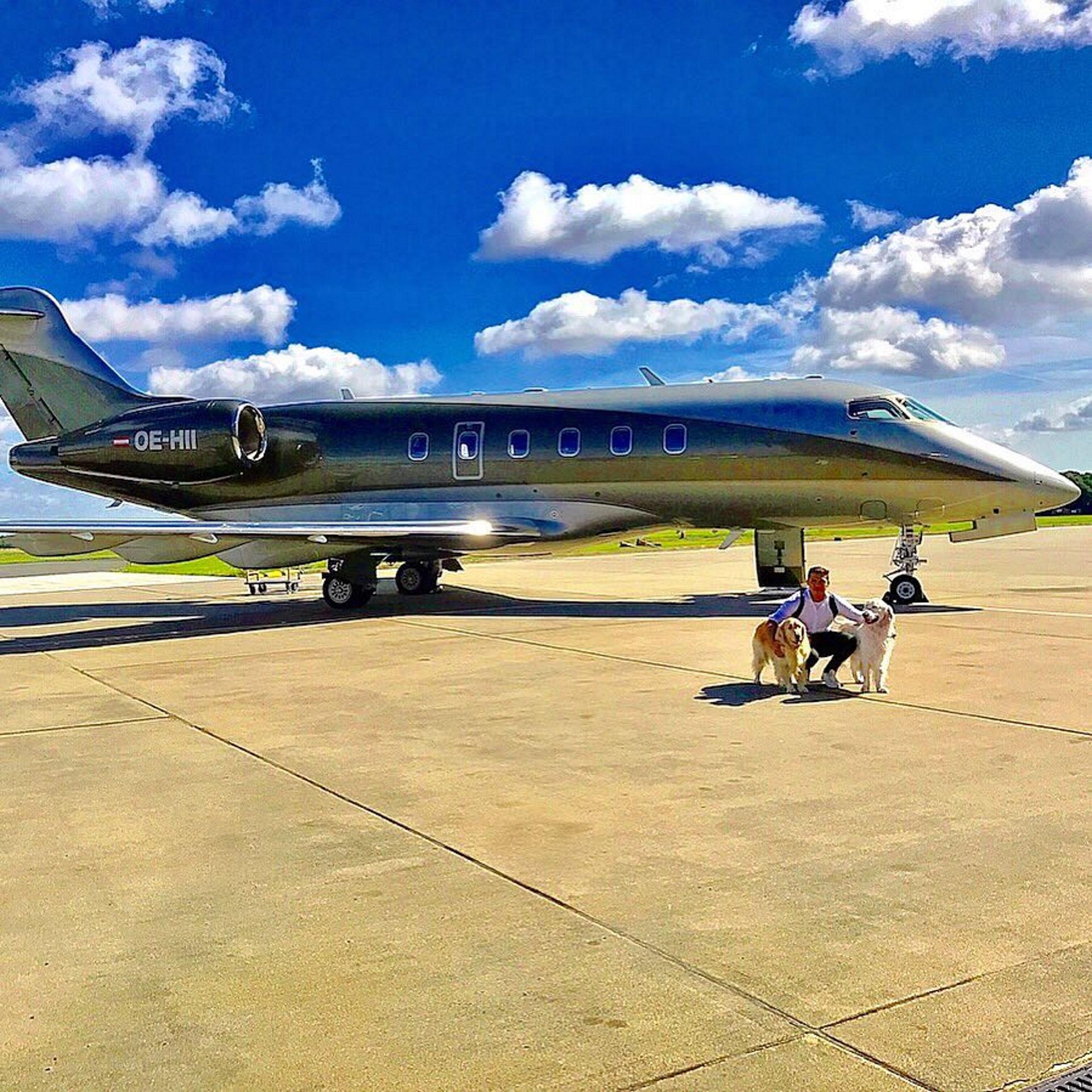El chileno Alexis Suárez viajó en avión privado con sus perros: Atom y Humber