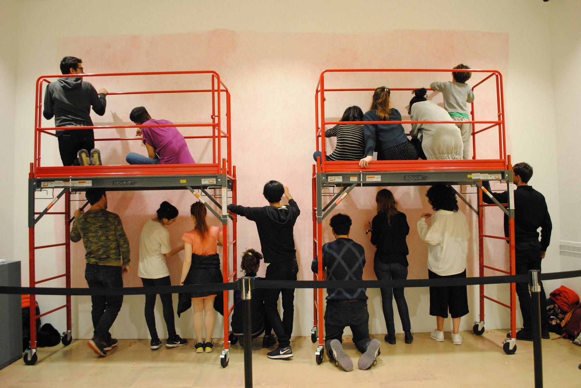 El artista argentino Ernesto Ballesteros realiza un mural colectivo en el Museo de Bellas Artes