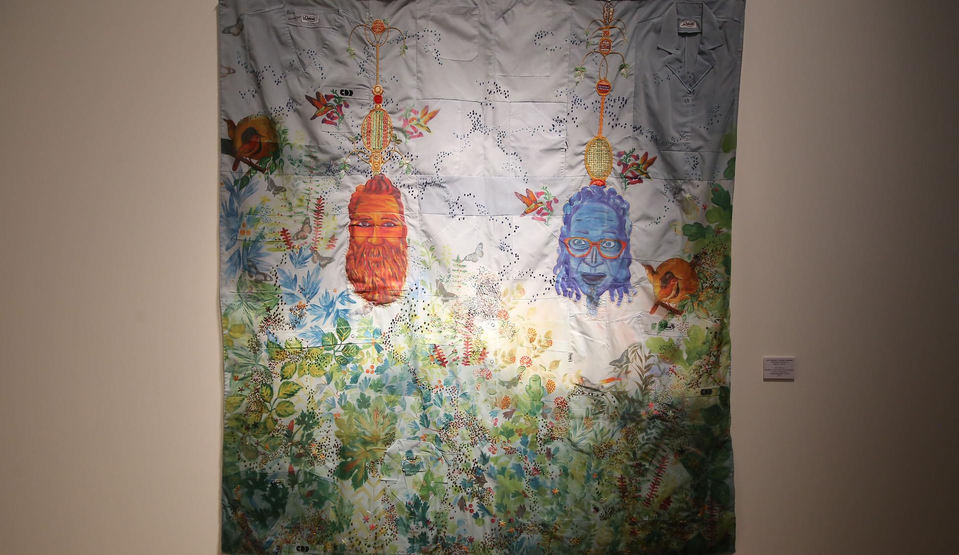 """La obra de Leo Chiachio y Daniel Giannone, """"Máscaras rodeadas de pájaros y selvas"""", donde los artistas volcaron su imaginación a través del bordado de guardapolvos médicos"""