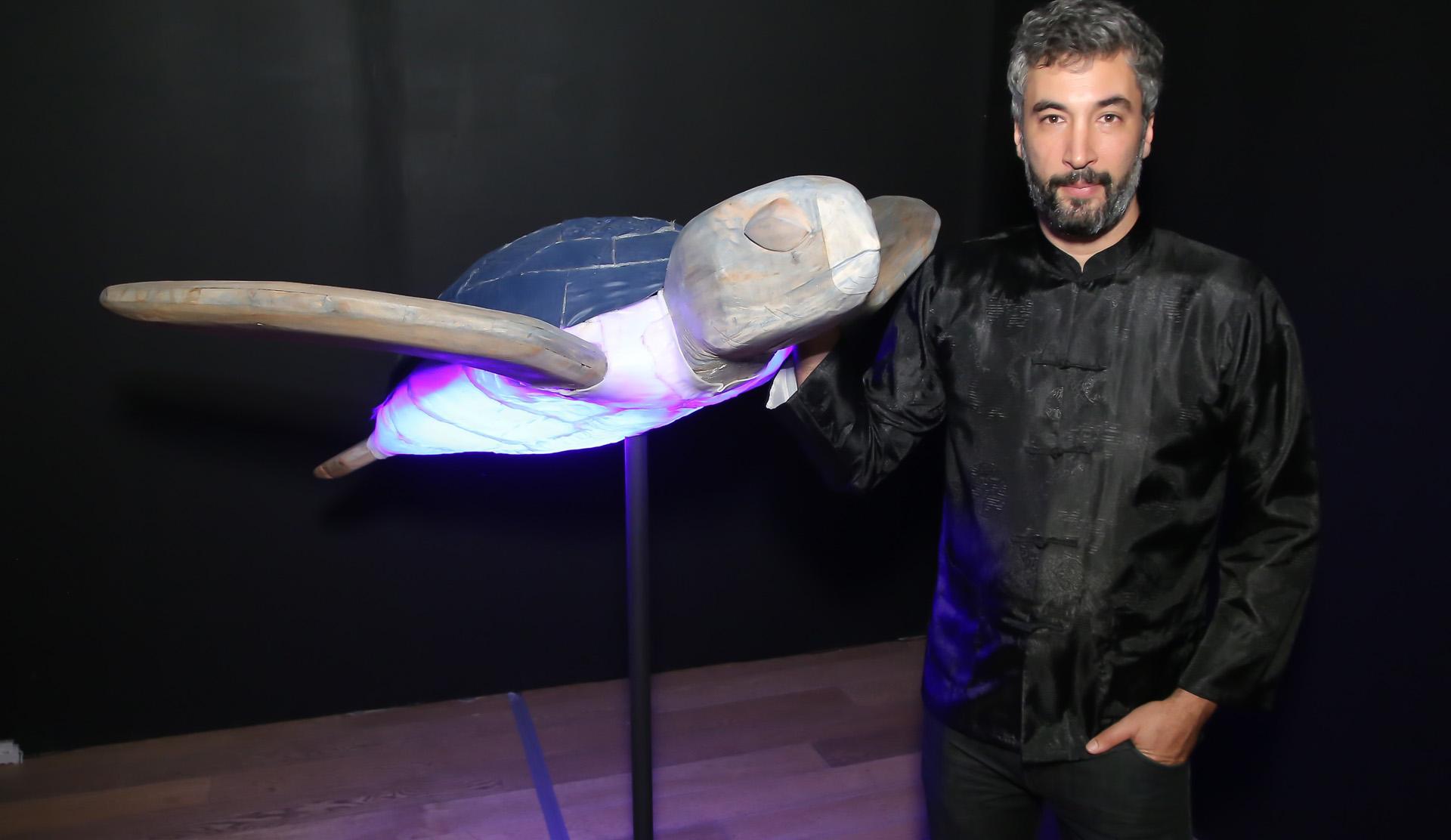 El artista Federico Bacher con su obra, que partió de pallets, bandejas de apoyo y sondas para mostrar su interés por la ciencia