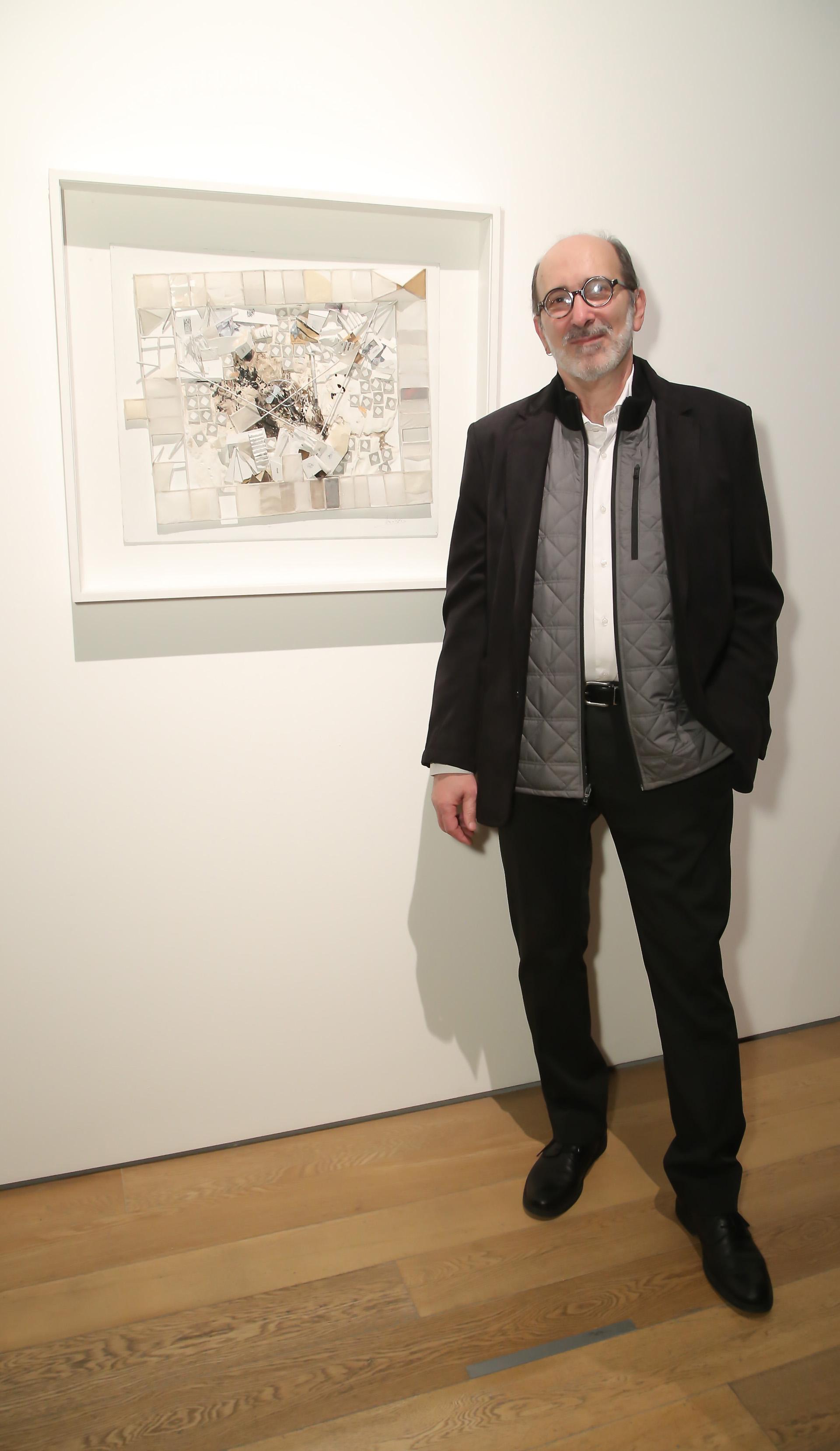 """El artista Uri Negvi y su obra """"Punto Final"""", donde transformó su mirada en Google Maps, para encontrar en un patio restos de materiales médicos abandonados por la drogadicción"""