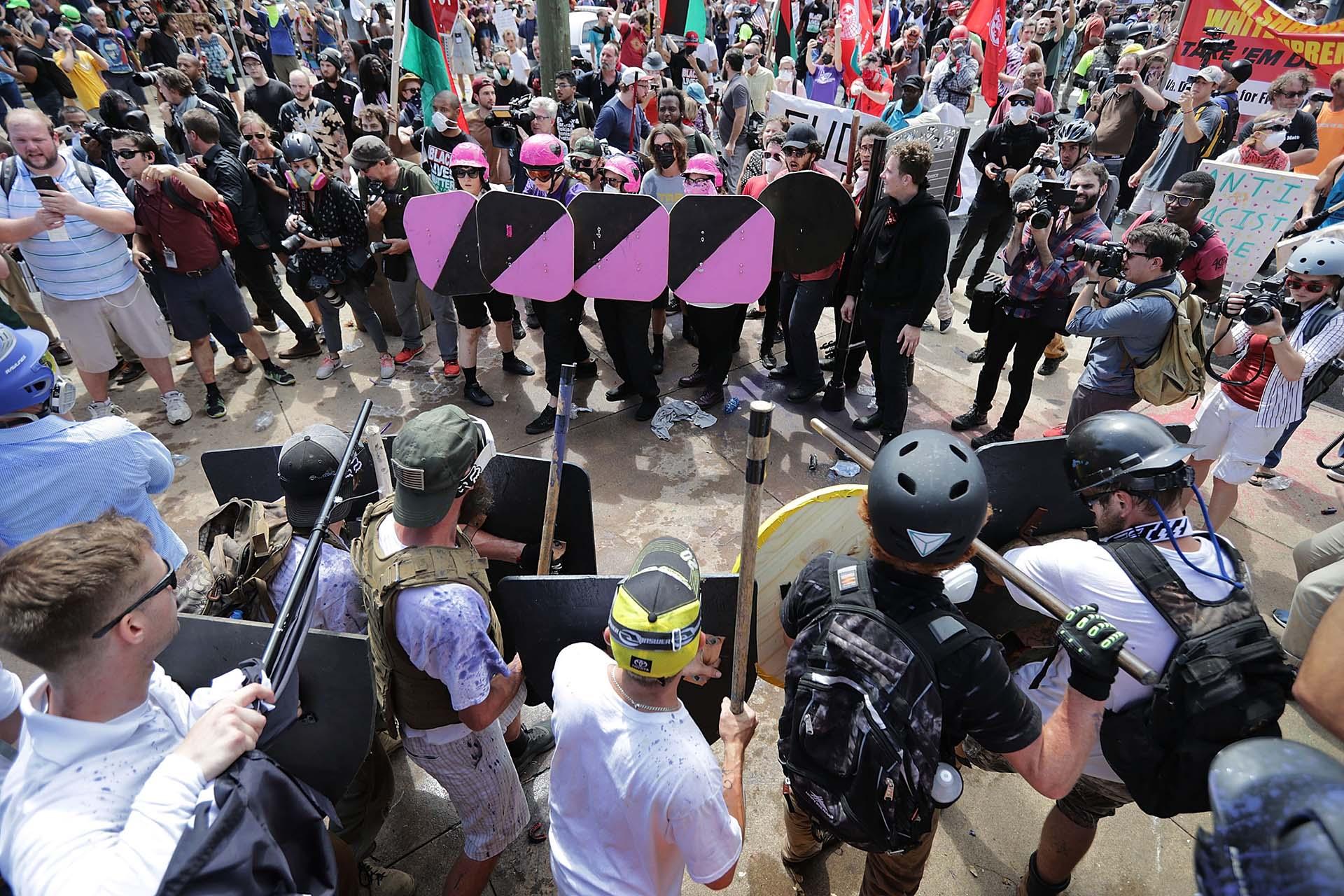 Las líneas de batalla de los nacionalistas blancos y los antifascistas en Lee Park