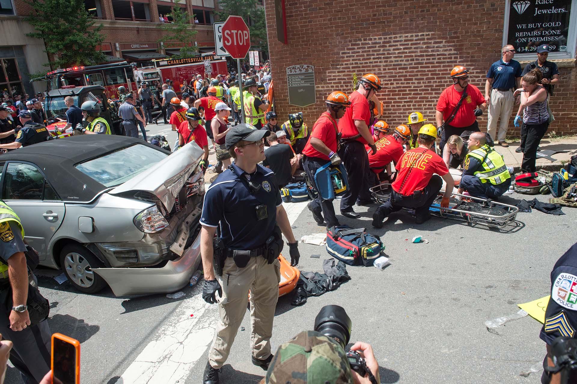 Servicios de emergencia atienden a los heridos por la arremetida de un auto contra peatones