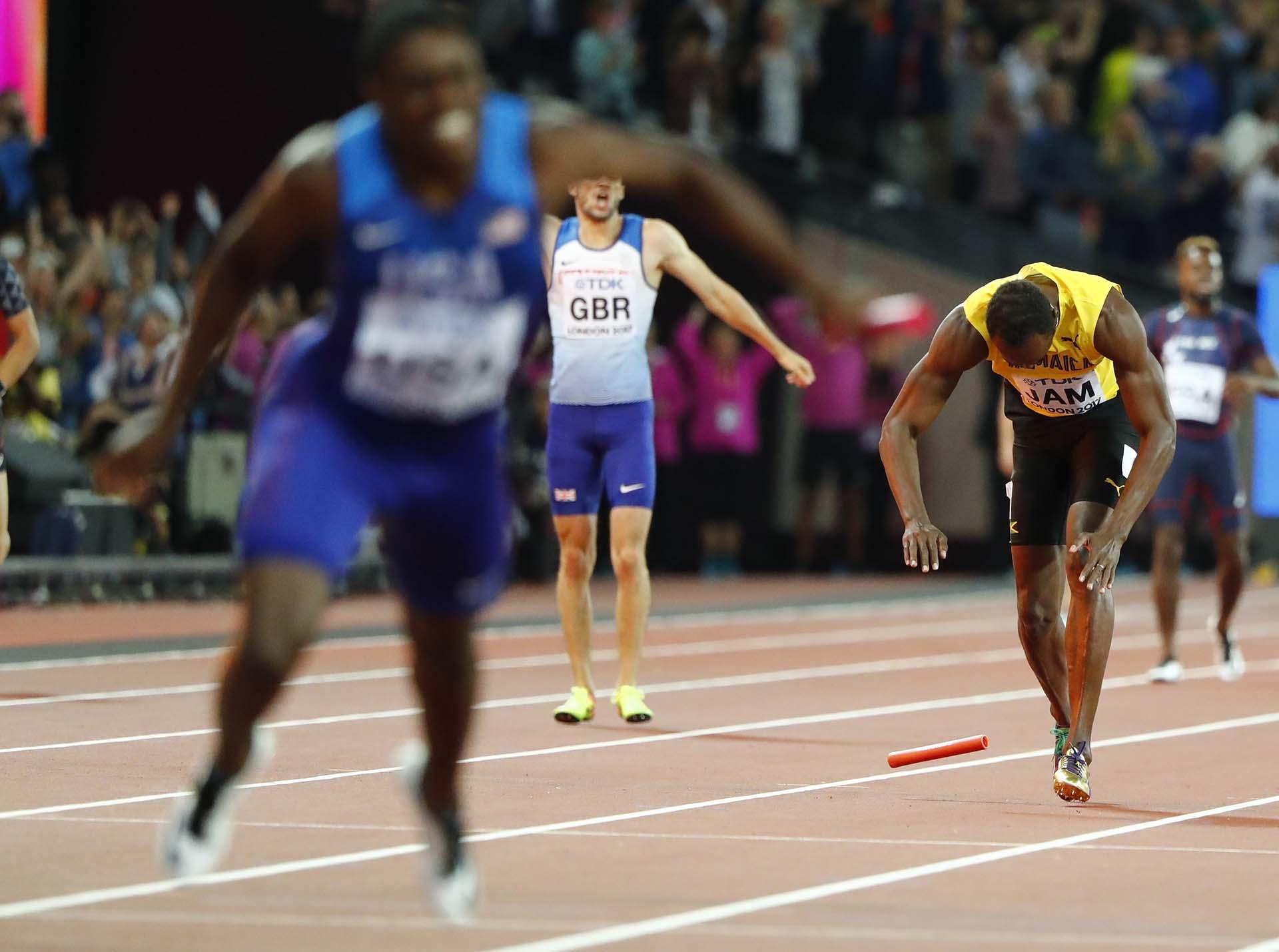 El atleta de 30 años soltó el testigo y se lanzó al suelo