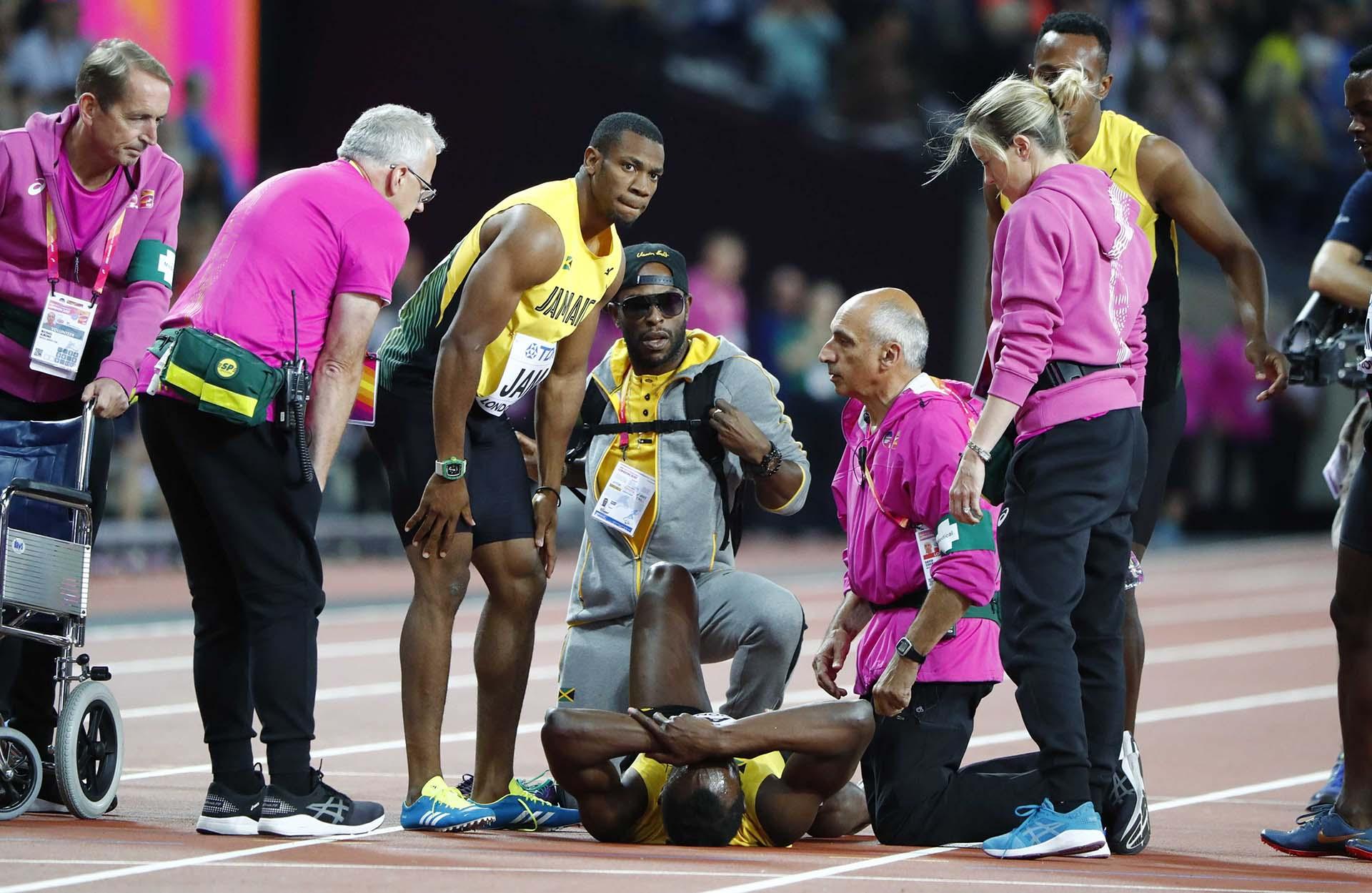 El médico señaló que Bolt tuvo un calambre por el esfuerzo que realizó