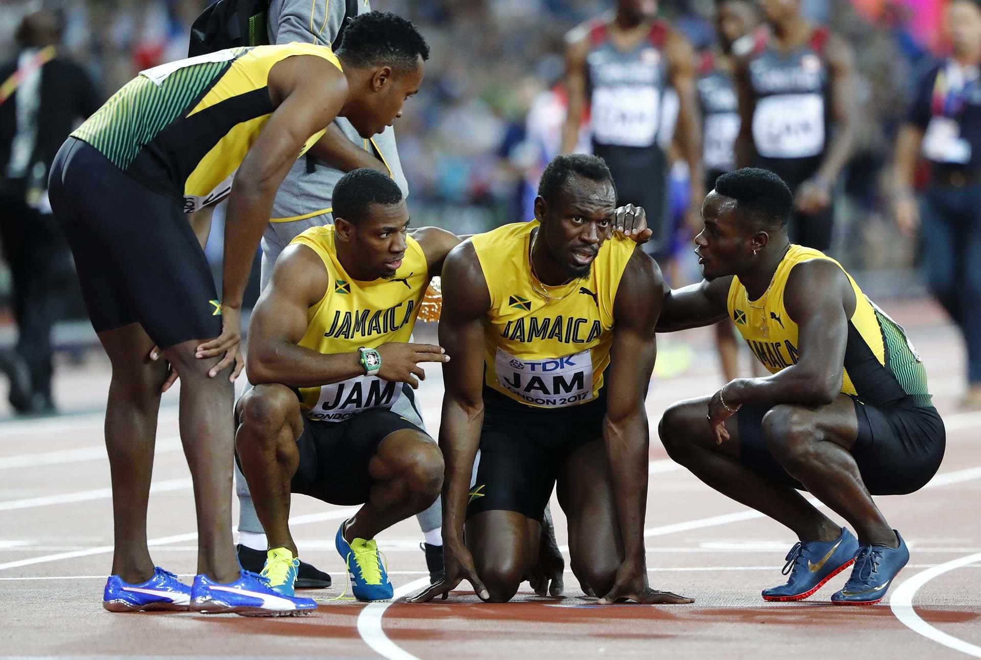 Bolt les explica a sus compañeros de equipo lo sucedido