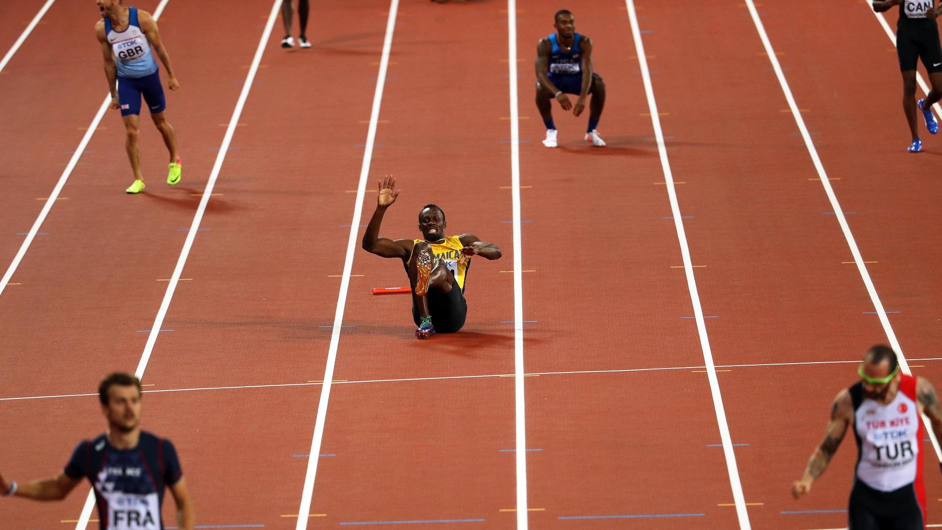 El momento en que Usain Bolt se lanza al piso por un calambre en el muslo izquierdo (EFE)