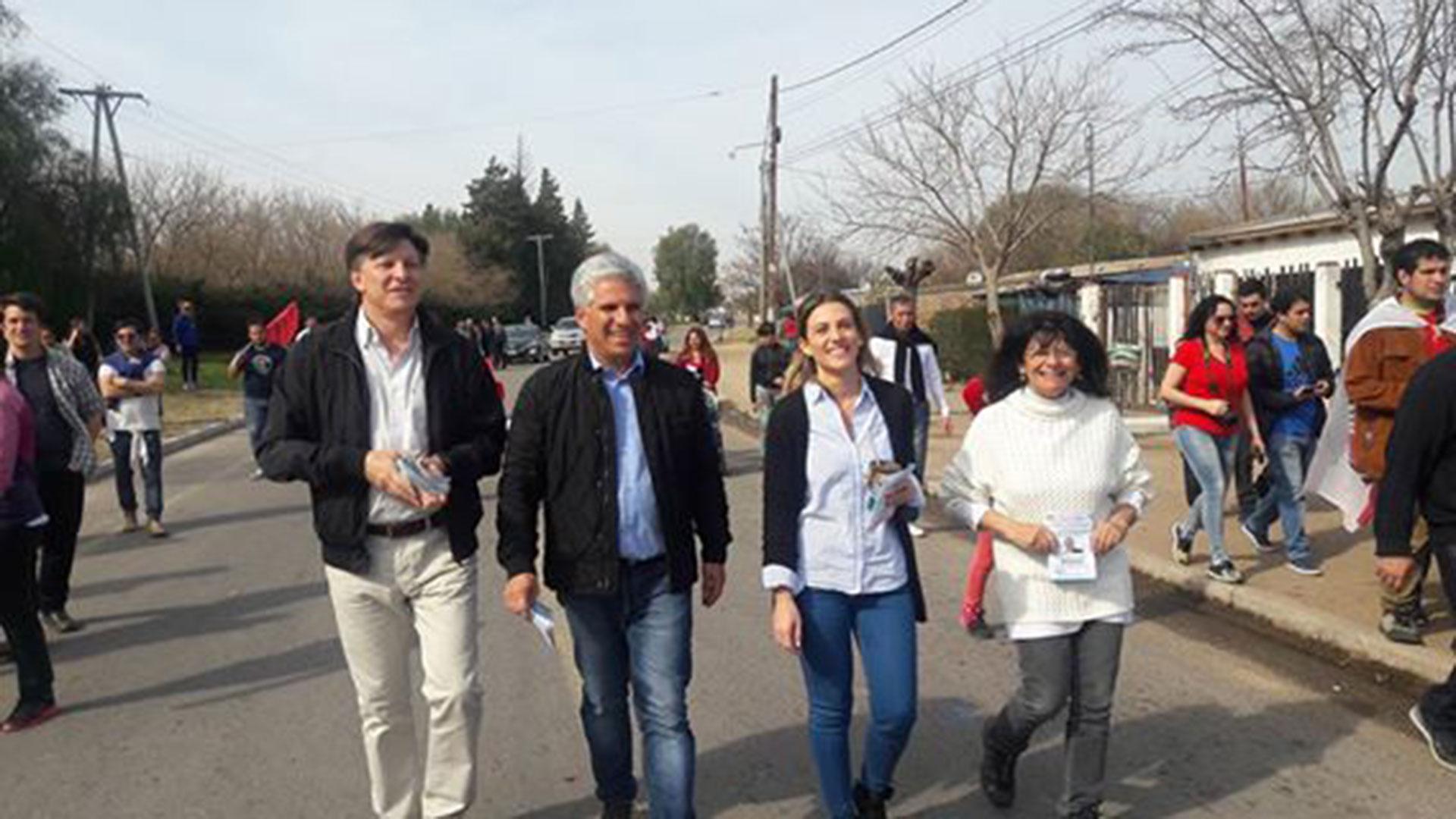 Claudio Poggi, durante una de las recorridas de cierre de campaña.