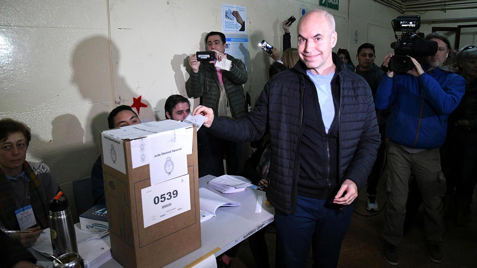 Larreta emitió su voto temprano con una estética deportiva casual (Télam)