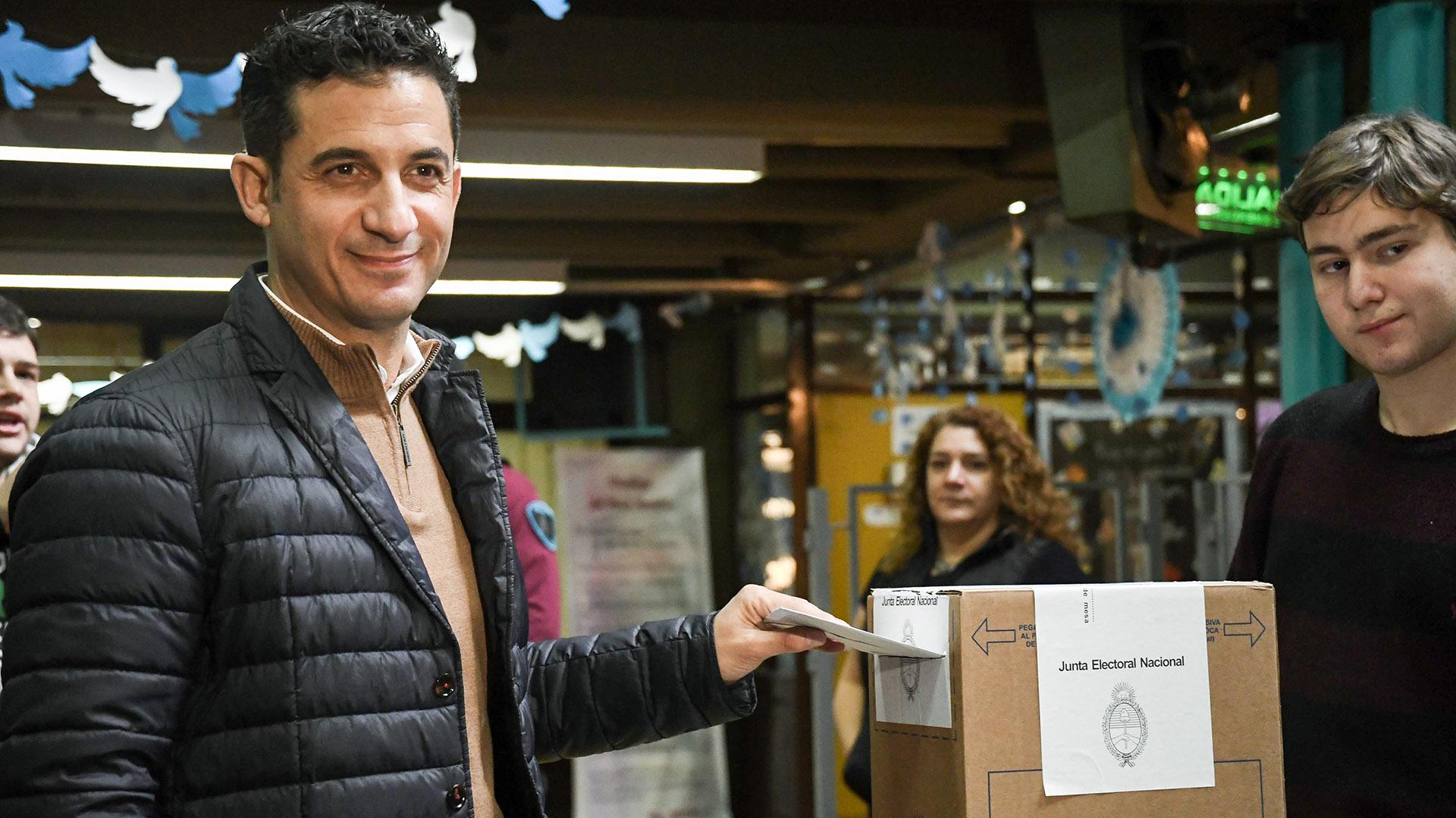 Tombolini votó en una escuela ubicada en el barrio de Almagro y fue otro de los candidatos que optó por la fusión informal (Analia Garelli. / LAP)