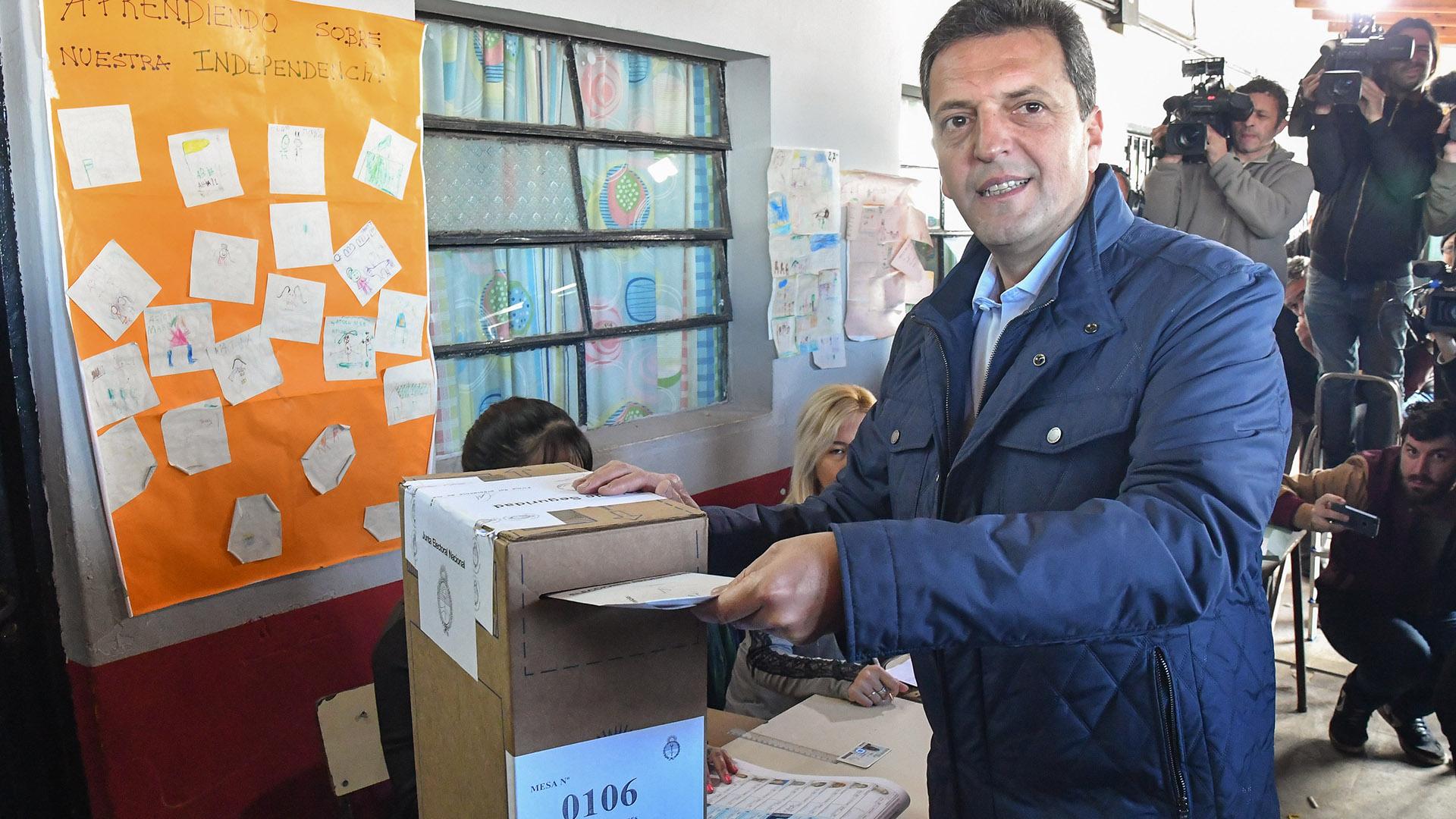 Sergio Massa votó en la Escuela EP N° 19 de Rincón de Milberg en Tigre con una chaquetaazul y camisa celeste y jeans (Paula Ribas. / LAP)