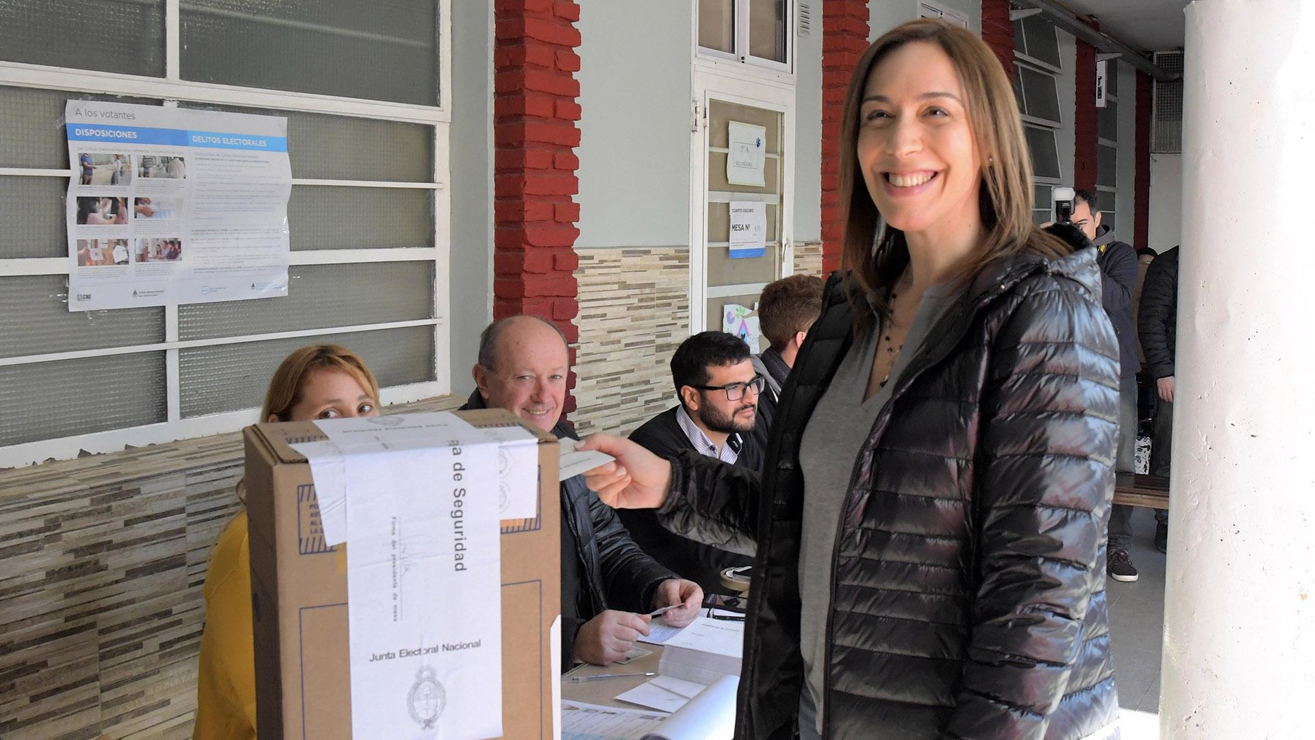 La gobernadora María Eugenia Vidal se inclinó por un look descontracturado. Campera negra de pluma y sweater gris escote en V. Lució el pelo lacio y suelto y optó por no maquillarse