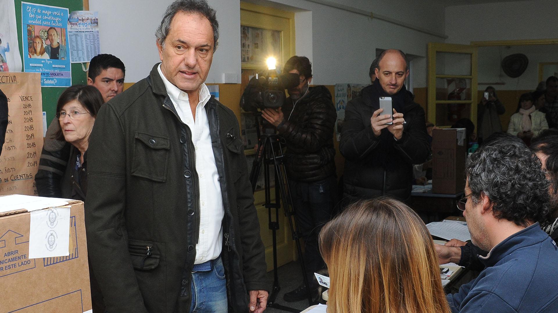 Daniel Scioli emitió su voto esta mañana en la EP 10 de Dique Luján, en Villa La Ñata, Tigre
