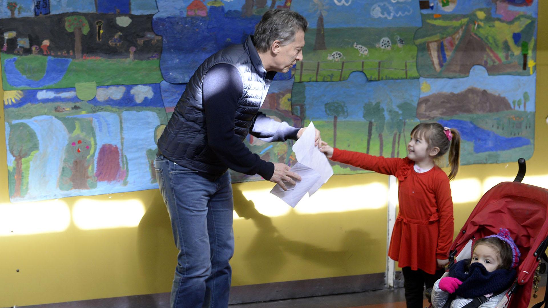 Olivia, la nena que le regaló un dibujo al presidente Macri