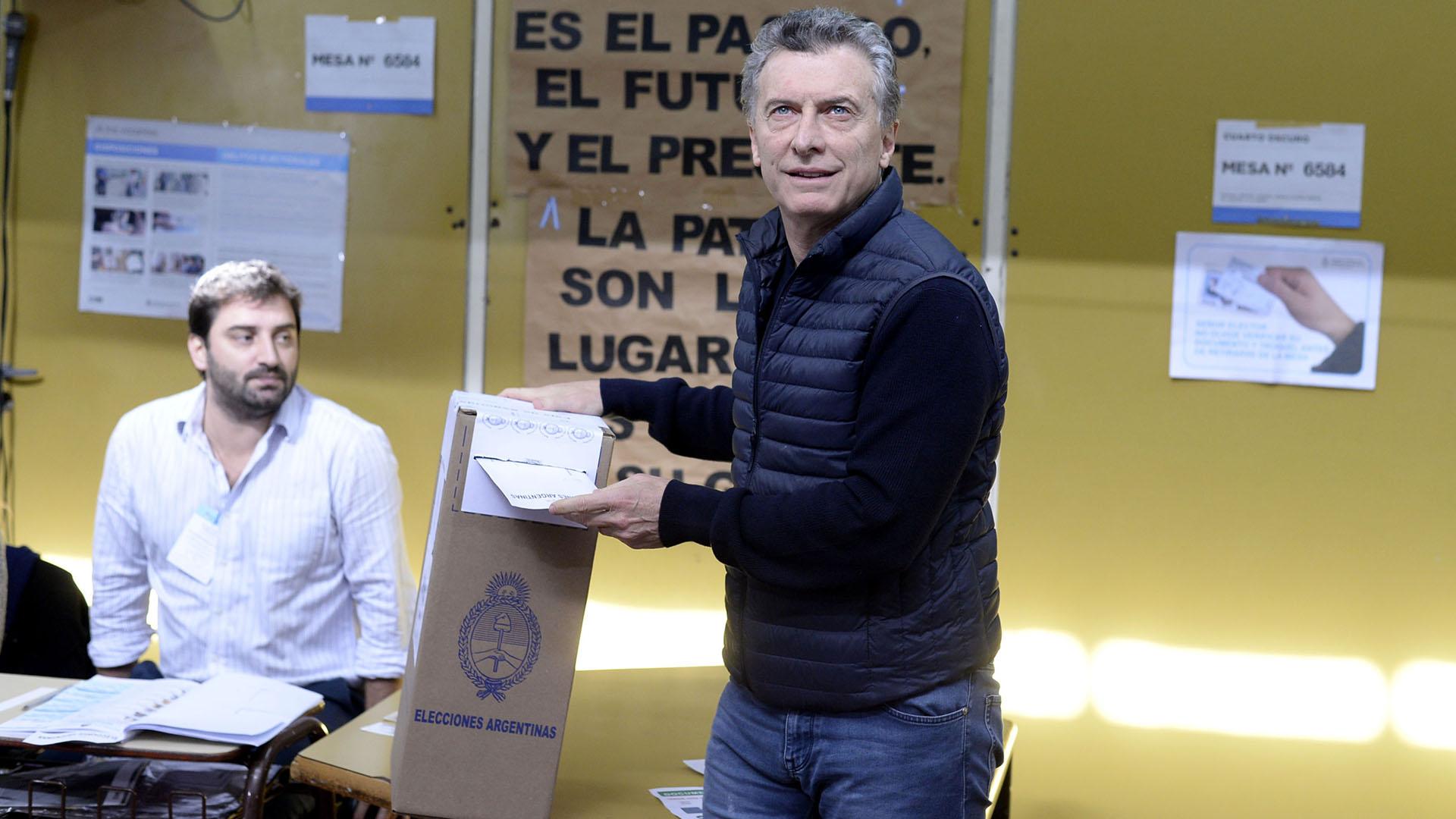El presidente Mauricio Macri fue a votar con un siguiendo la estética informal juvenil abrigado con chaleco-campera para hacerle frente al frío. Optó por calzado urbano y jeans (DyN)