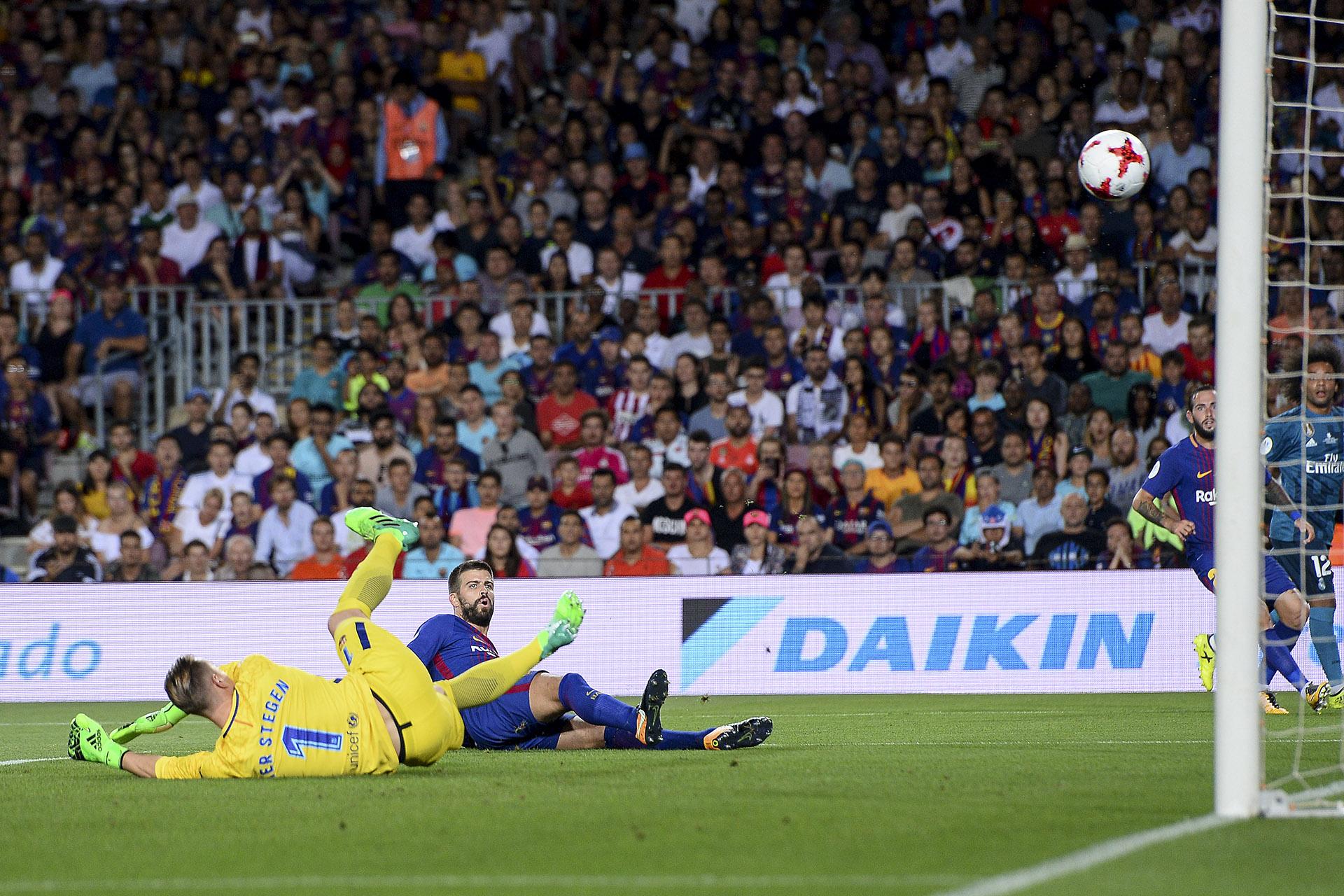 Gerard Piqué desvió un centro y estampó el 1 a 0 en propia cuenta