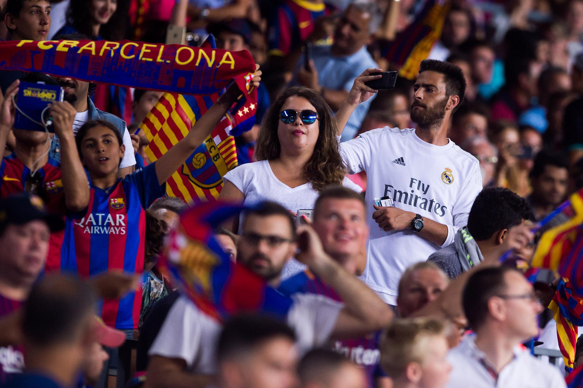 Aficionados del Real y del Barcelona compartiendo tribuna