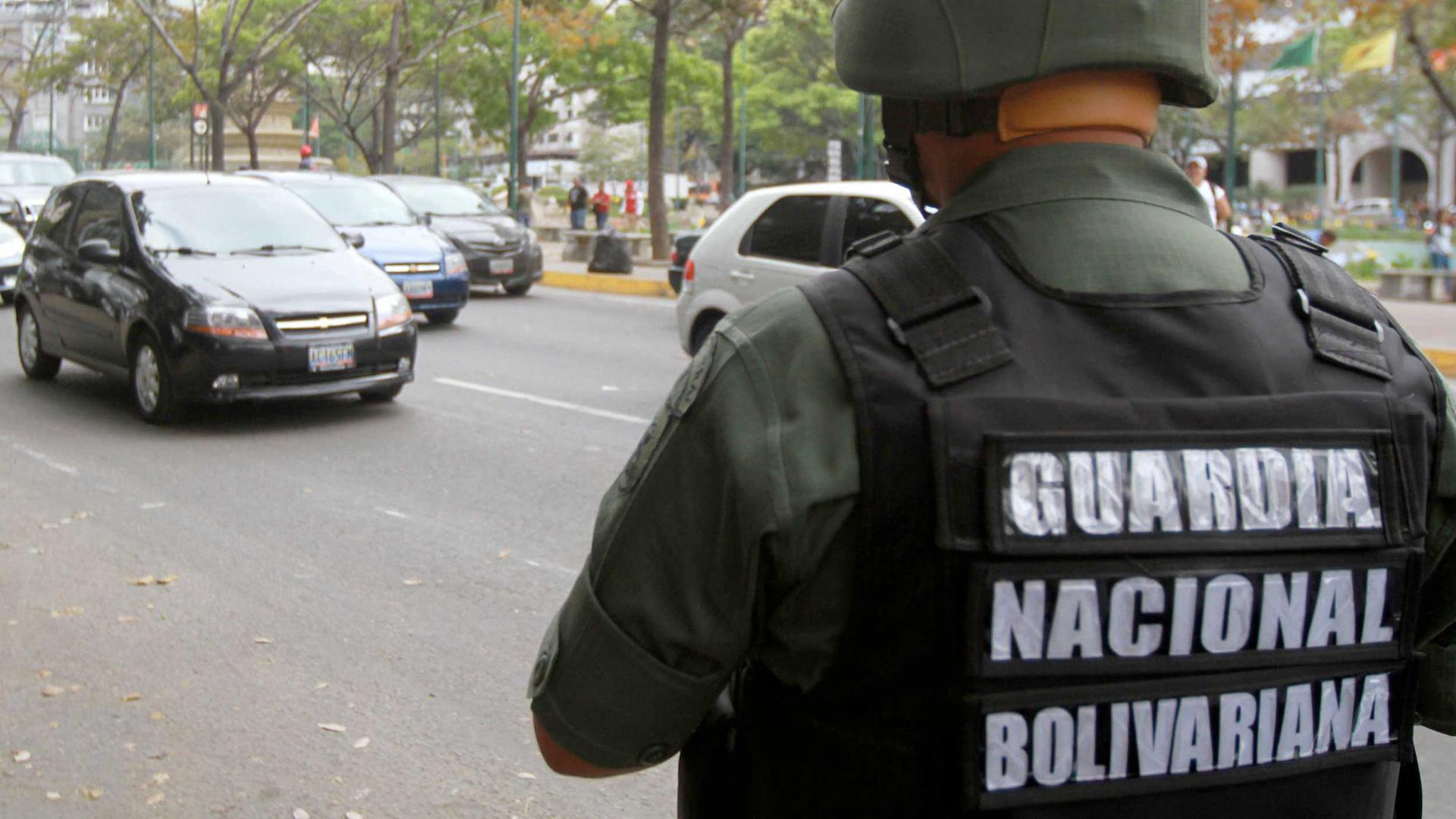 Detienen guardia nacional que escoltaba un camión cargado con fusiles para la venta