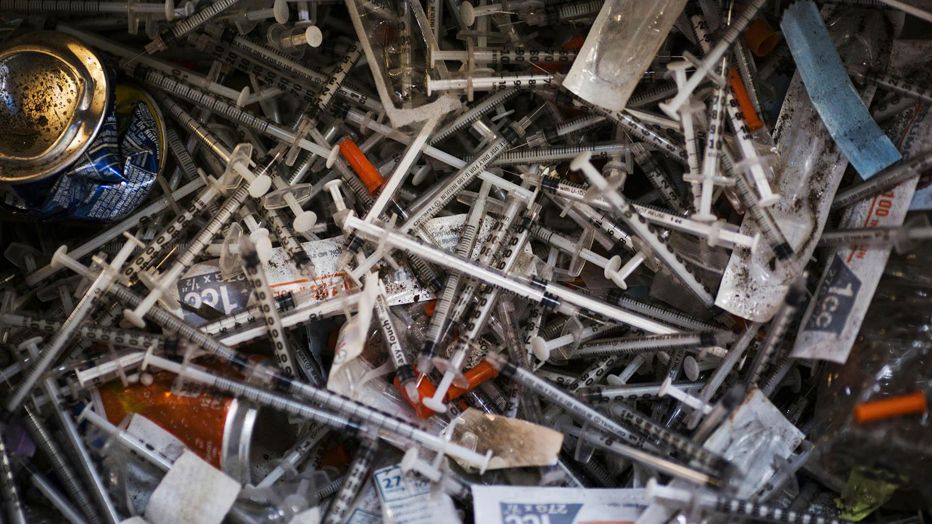 Muchos usuarios remueven la aguja para evitar que las jeringas sean reutilizadas o que causen un accidente. Los trabajadores de limpieza realizan chequeos rutinarios de VIH y otras enfermedades