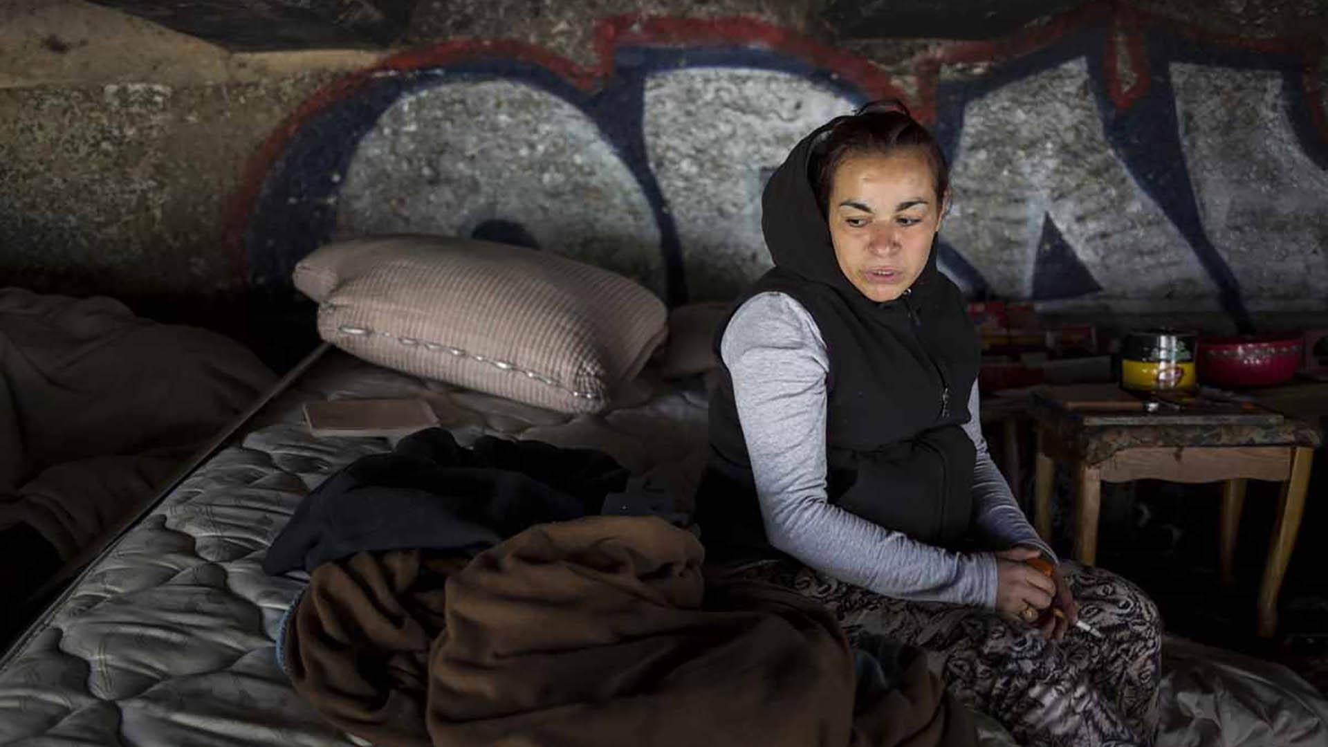 Jessica, una indigente adicta, relató que dio positivo por VIH tras ser violada en el lugar, bajo un puente