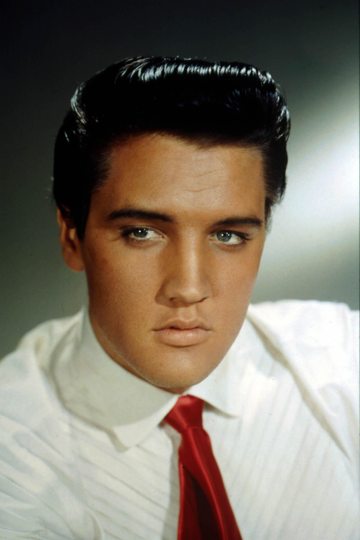 Nos cabelos ele sempre usava um jopo trabalhado com gel que marcava uma tendência nos cortes masculinos
