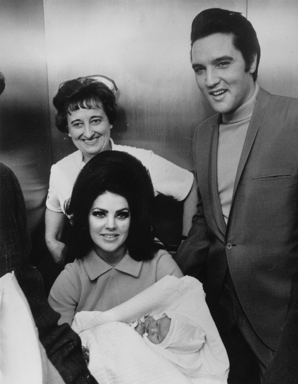 Sua esposa Priscilla e a enfermeira que esteve com ela o tempo todo no Hospital Batista em Memphis, Tennessee (Photo by Keystone / Getty Images)