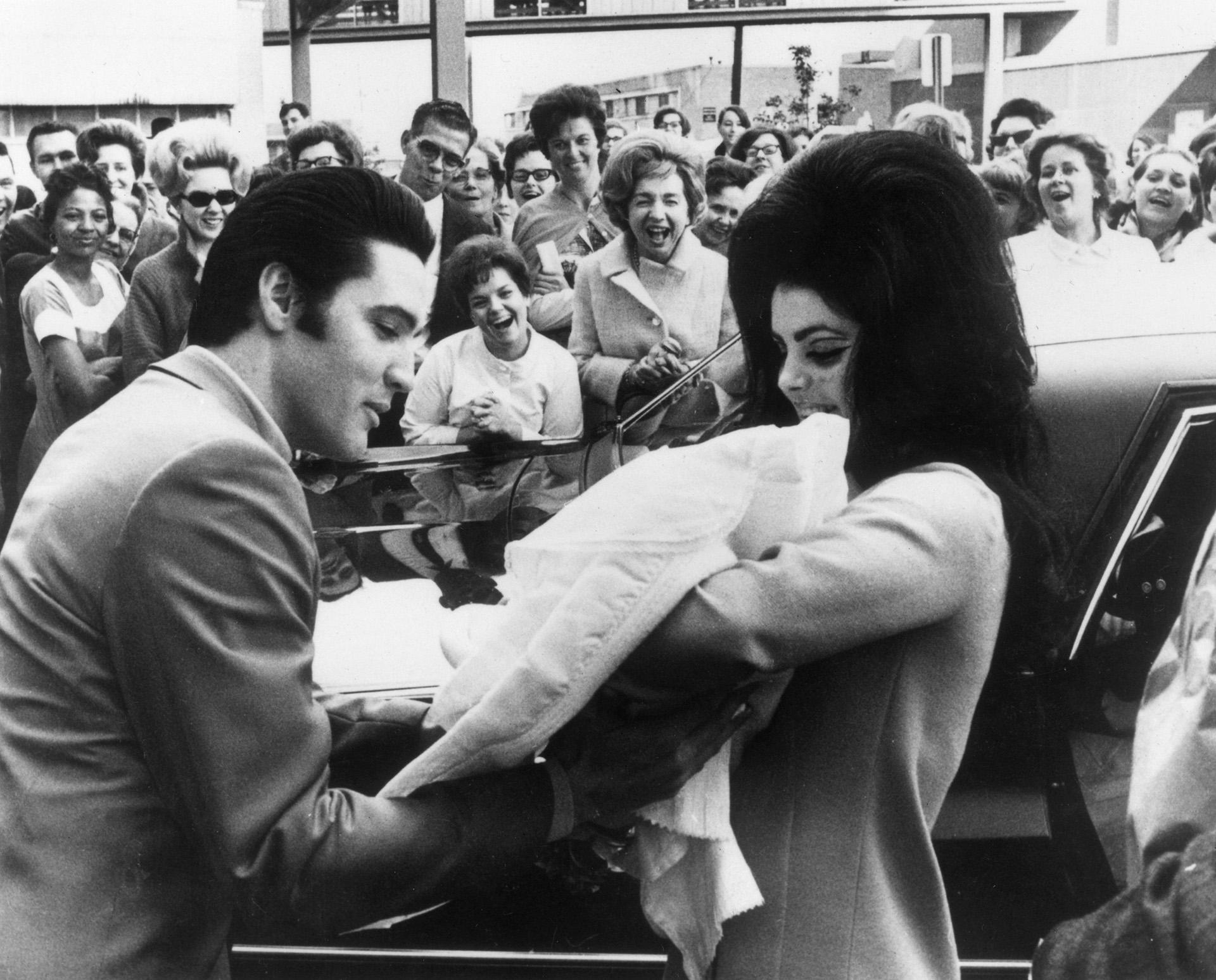 Em 1 de fevereiro de 1968 nasceu sua única filha, Lisa Marie Presley.  Elvis e Priscilla Presley saindo do hospital na frente de todos os fãs na apresentação oficial da garota (Photo by Keystone / Getty Images)