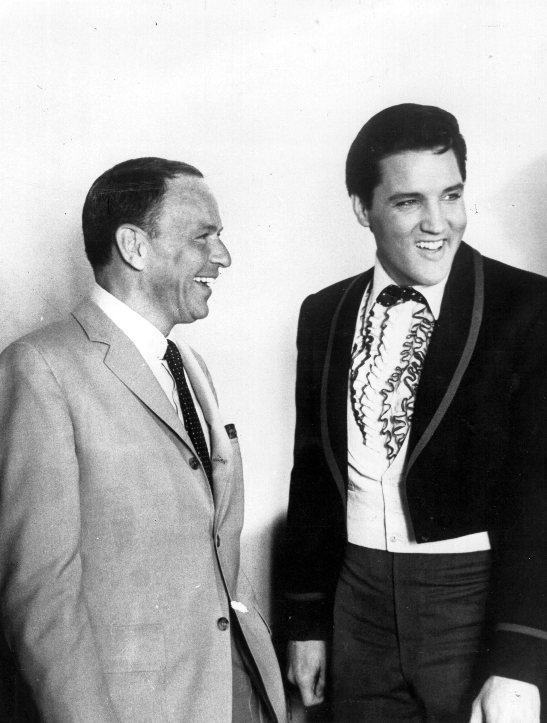 Em 18 de junho de 1965, as vozes masculinas mais populares nos Estados Unidos se reuniram pela primeira vez.  Frank Sinatra e Elvis Presley posam para a imprensa.  Sinatra estava no set do filme 'Frankie And Johnny' e Presley tinha acabado de doar $ 50.000 para o 'Motion Picture Relief Fund' para ajudar atores e atrizes em necessidade (Photo by Keystone / Getty Images)