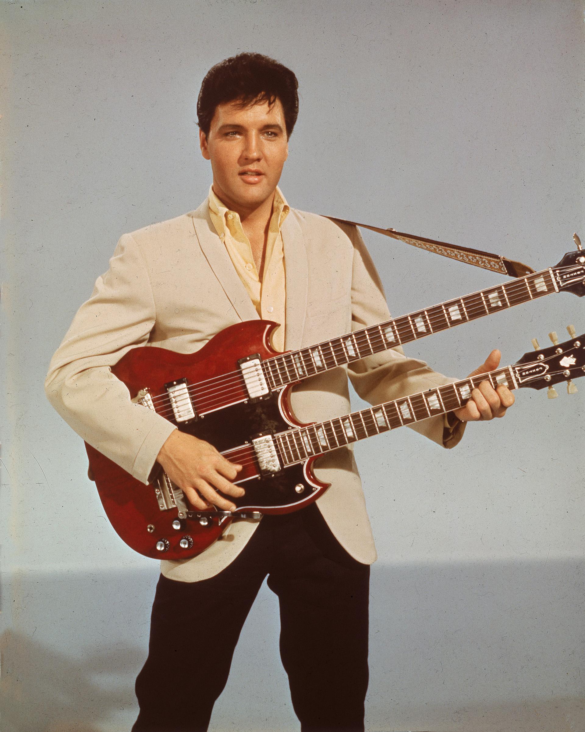 Com sua inovadora guitarra de doze cordas que o acompanhou em suas apresentações (Foto: Hulton Archive / Getty Images)