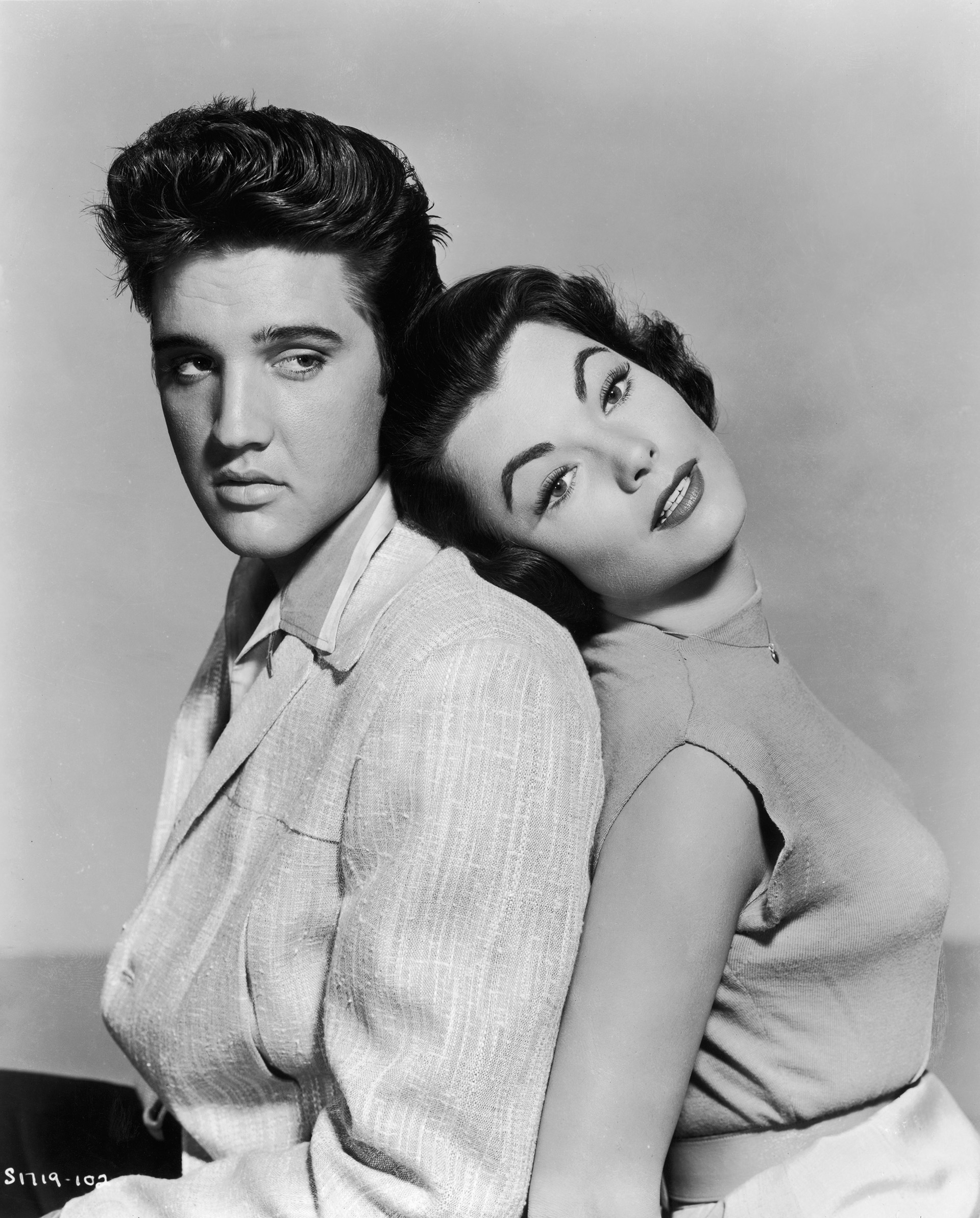 Elvis Presley e Judy Tyler, ambos protagonistas das filmagens do musical 'Jailhouse Rock' em 1957 (Foto: Hulton Archive / Getty Images)