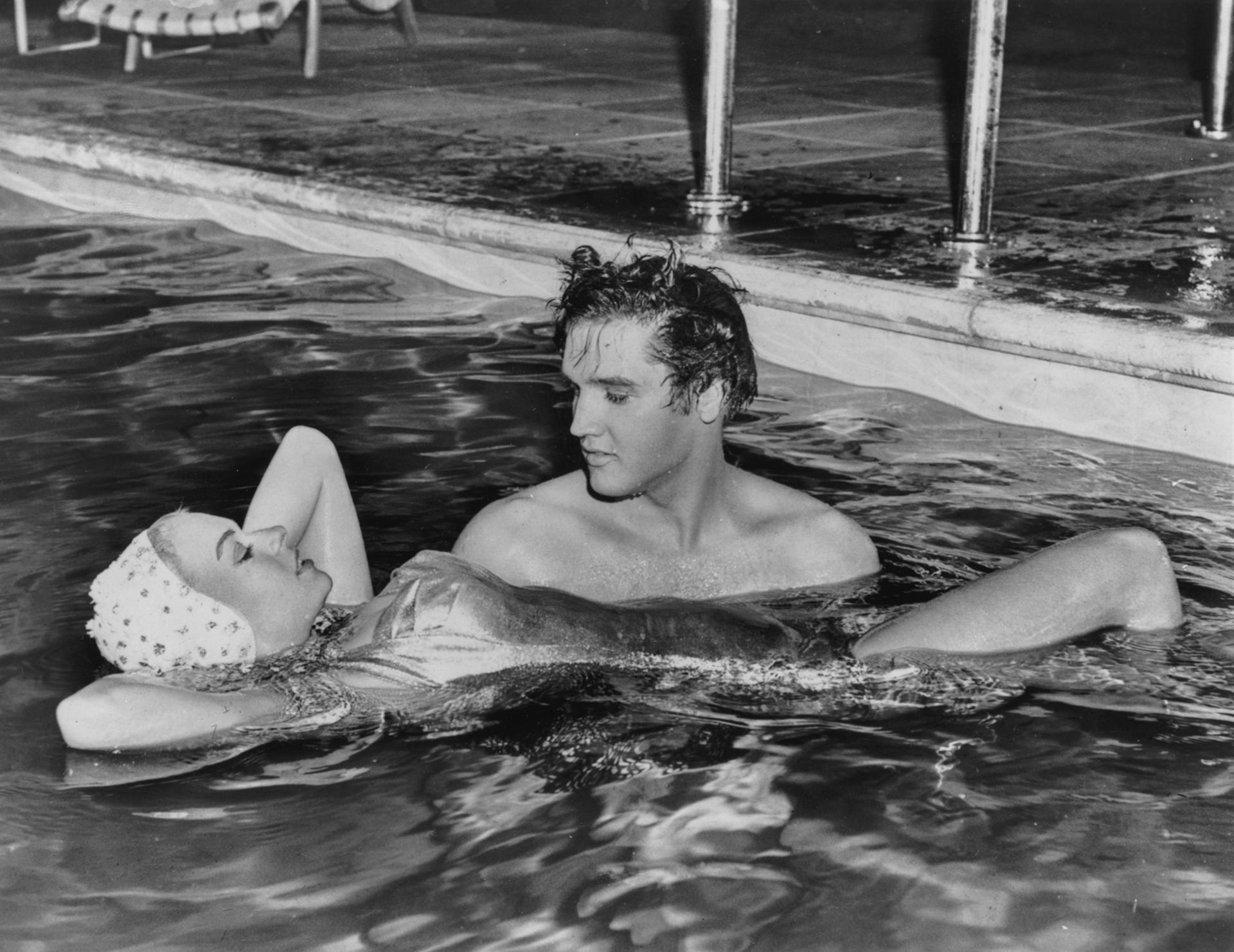 Cantor Elvis com Jennifer Holden, seu parceiro no filme 'Jalihouse Rock', passando seu tempo livre filmando na piscina em 1957 (Foto: Keystone / Hulton Archive / Getty Images)