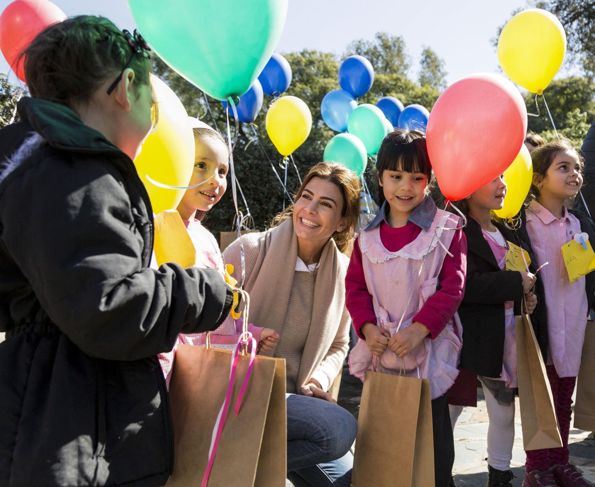 La primera dama, Juliana Awada, compartió hoy una celebración por el Día del Niño en la residencia de Olivos con un grupo de chicos de la Fundación Hogares y del colegio Santo Domingo Savio, que pertenece a la parroquia Nuestra Señora de La Cava
