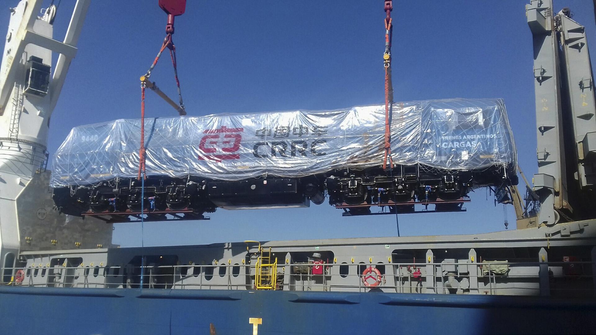 Arribaron al Puerto de Buenos Aires 8 locomotoras y 21 vagones provenientes de China a bordo del buque BBC Steinhoeft, destinados a la línea San Martín