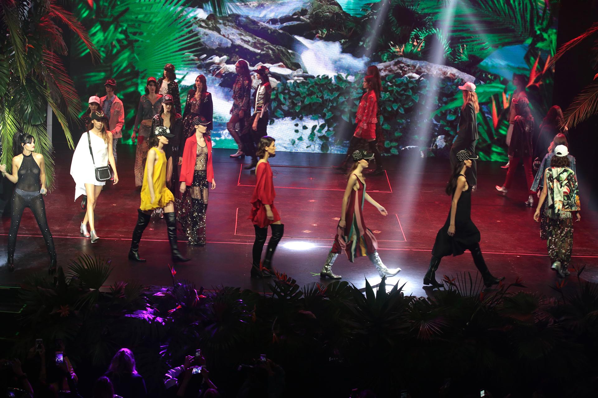 La impactante puesta en escena del desfile de Ginebra en el Teatro Astral