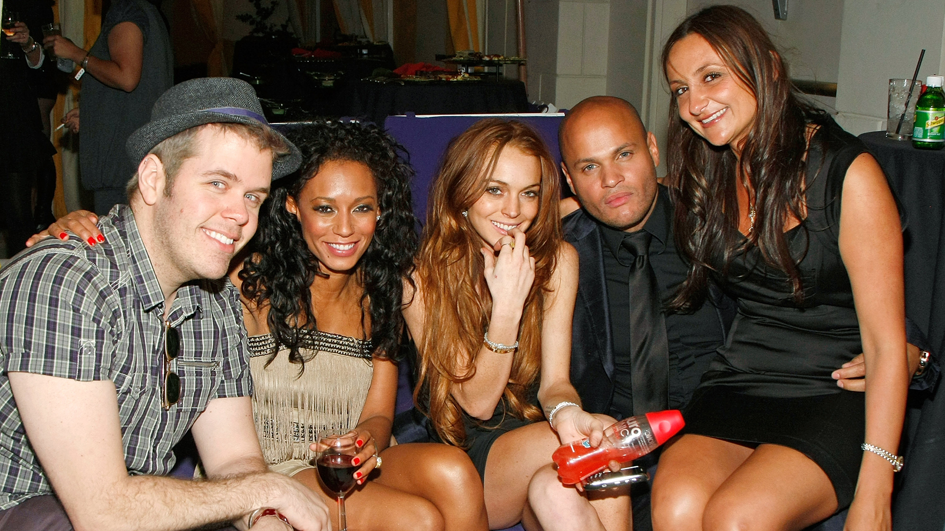 De izquierda a derecha, el bloguero Perez Hilton, Melanie Brown, Lindsay Lohan, Stephen Belafonte y Lorena Bendinskas de The Silver Spoon posan en un evento de la serie para adultos 'Peepshow' en el Planet Hollywood Resort & Casino de Las Vegas (Ethan Miller/Getty Images para BASE Entertainment)