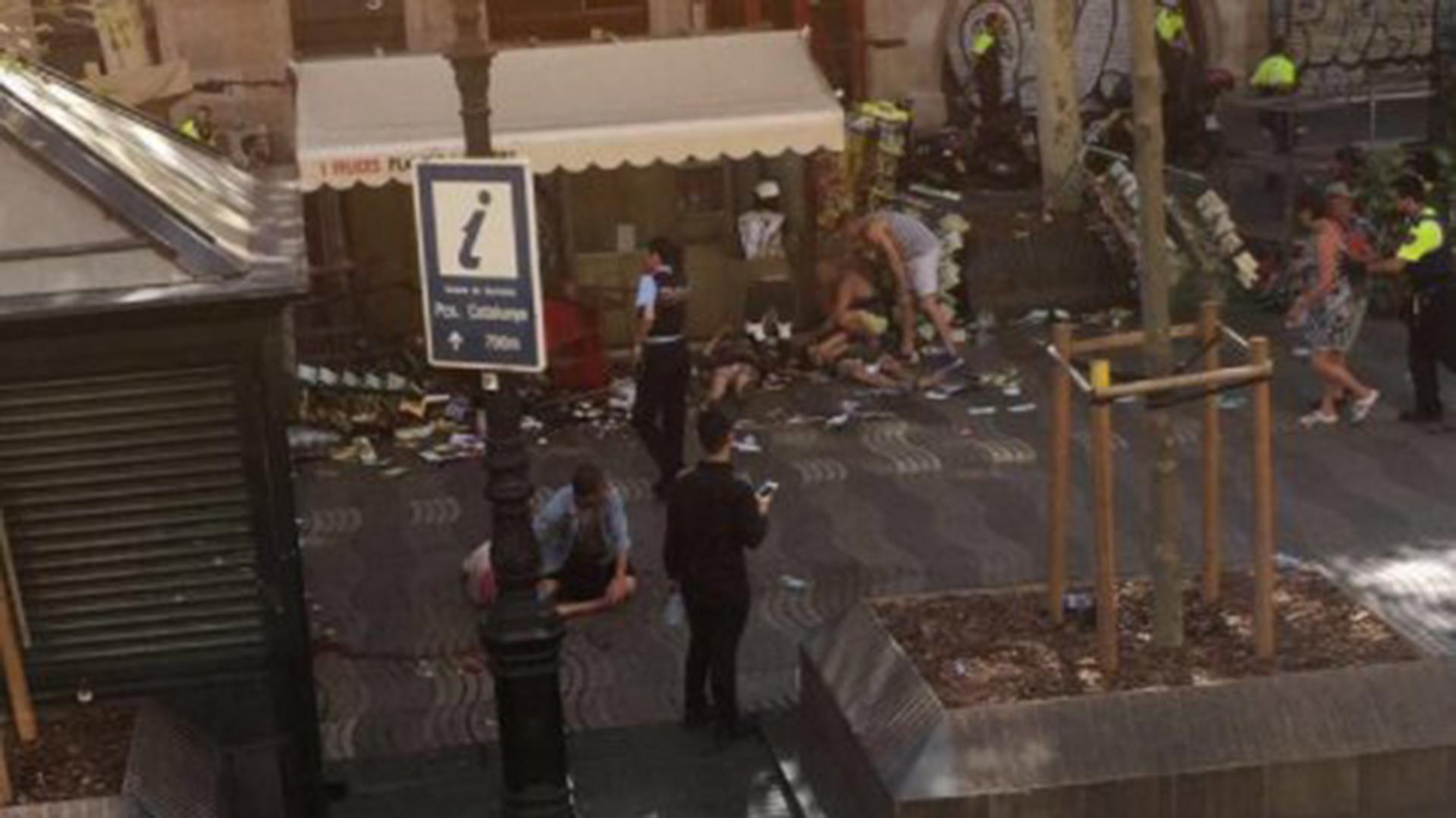 La policía ha recorrido las tiendas, restaurantes y hoteles de la zona ordenando a los propietarios que cerraran las persianas y nadie saliera a la calle
