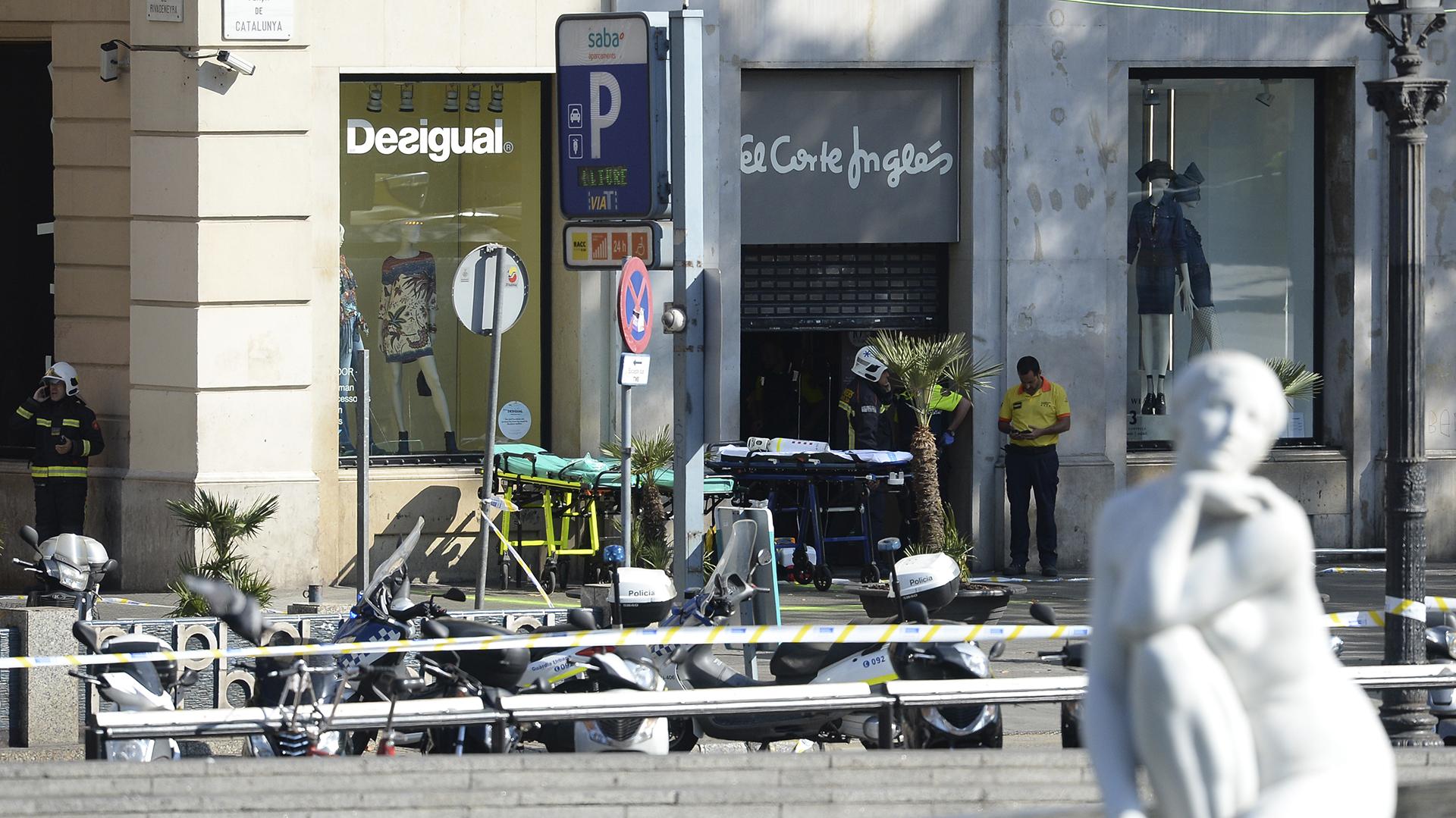 Un conductor subió por la vía y arrolló a varios ciudadanos (AFP)
