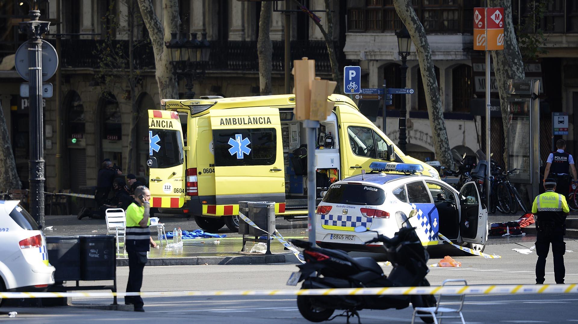 Al menos 13 personas murieron este jueves y más de 100 resultaron heridas en el atropello masivo en el centro de la ciudad española de Barcelona. El consul argentino en Barcelona, Alejandro Alonso Sainz, confirmó que hay dos argentinos heridos